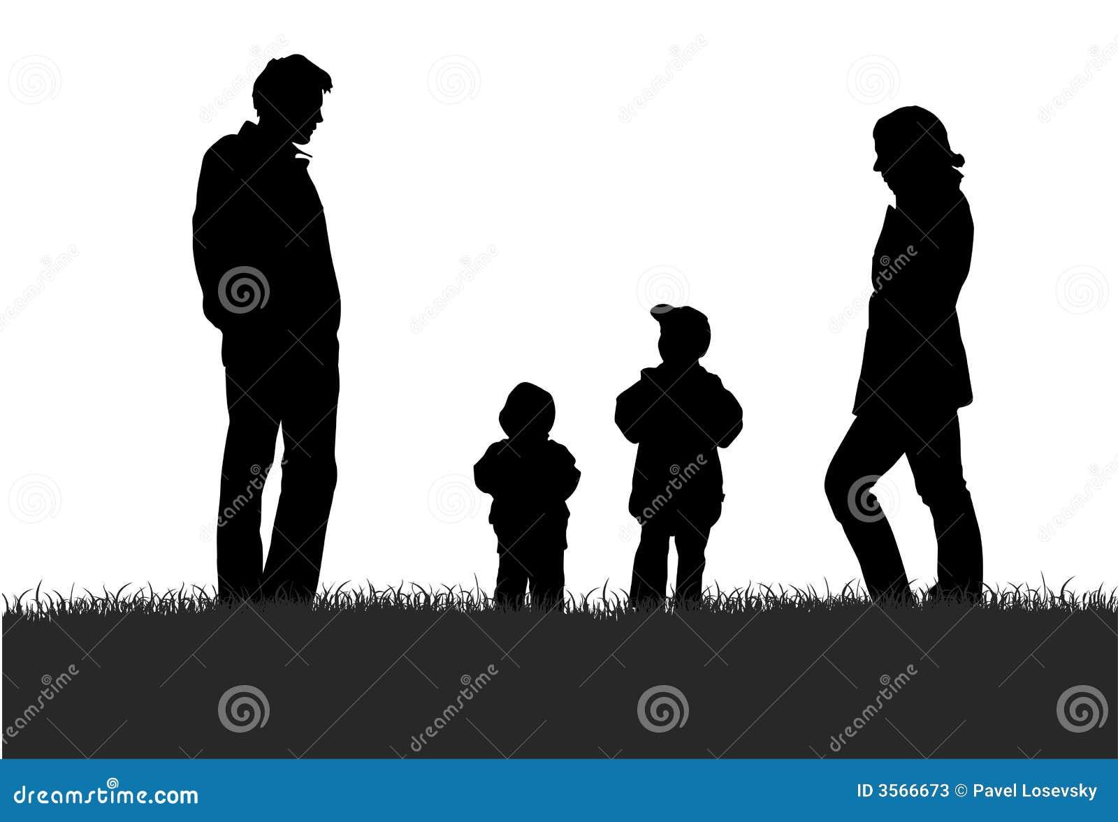 Famiglia sulla siluetta del prato