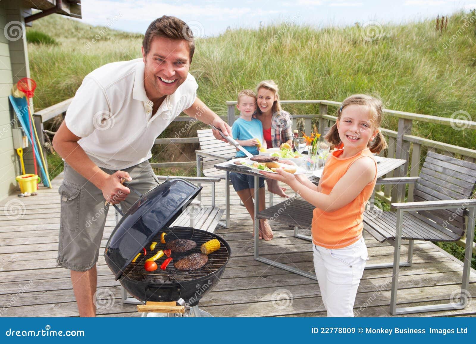 Famiglia sulla vacanza che ha barbecue