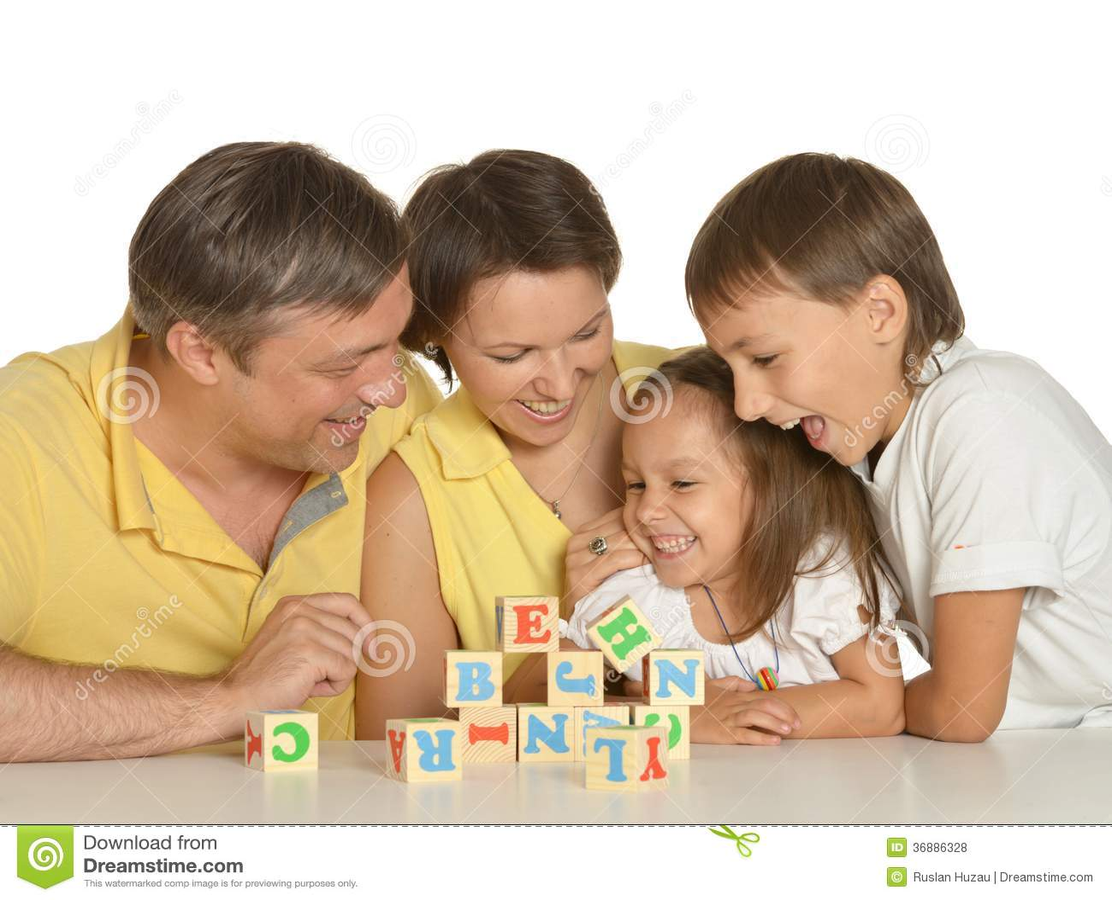 Download Famiglia Sveglia Dei Cinque Che Giocano Fotografia Stock - Immagine di bello, blocco: 36886328
