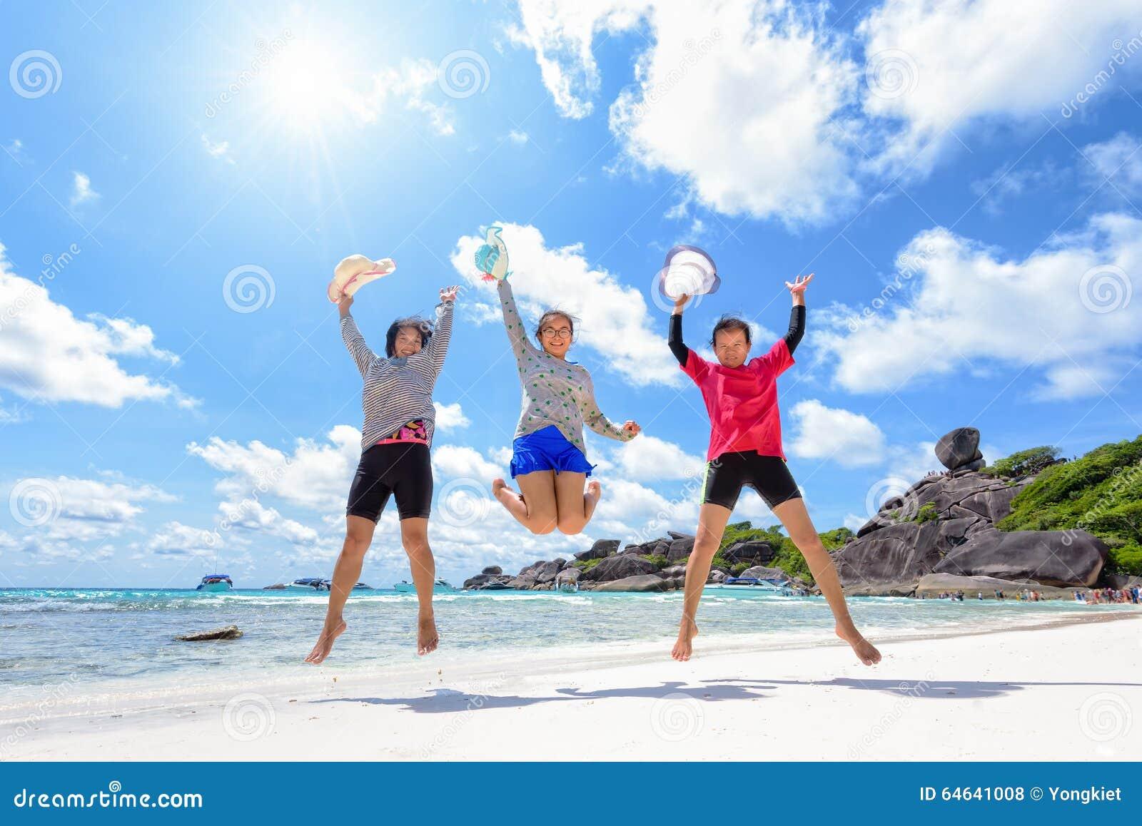 Famiglia turistica della generazione delle donne tre sulla spiaggia