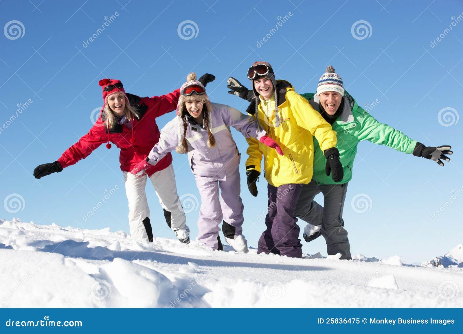 Familia adolescente el día de fiesta del esquí en montañas
