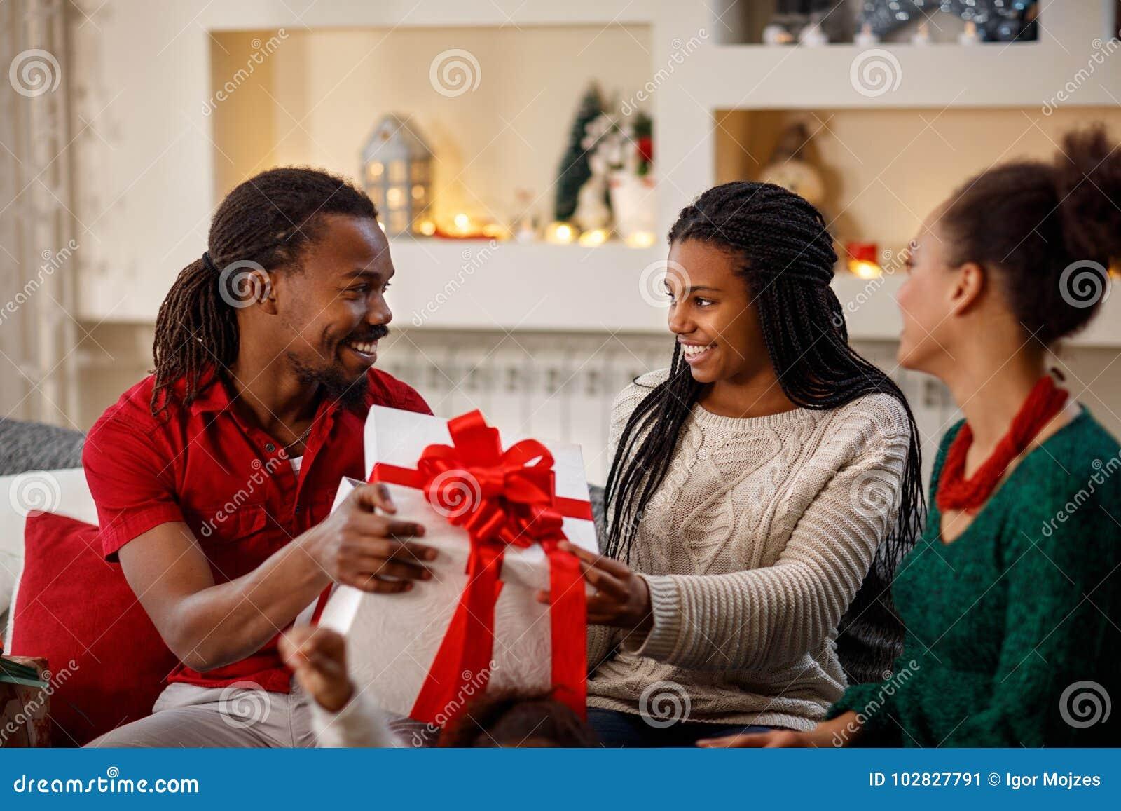 Familia africana para la Navidad con el regalo