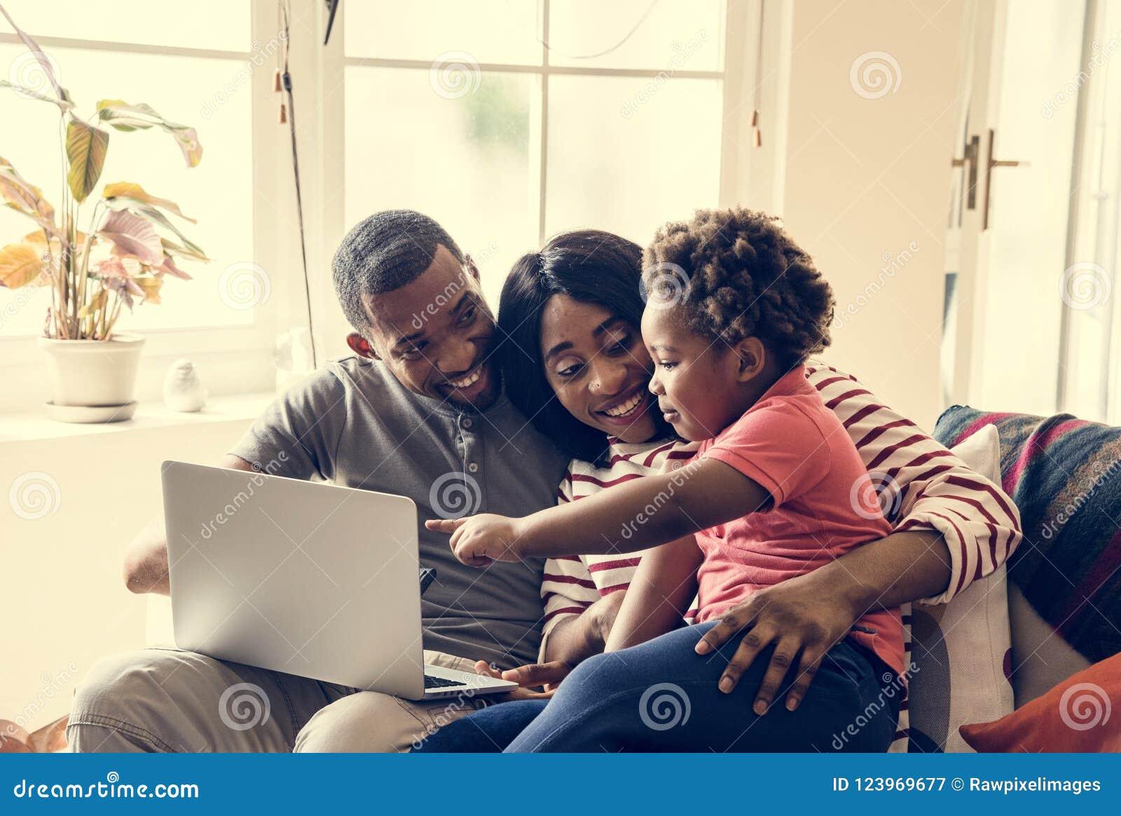 Familia africana que pasa el tiempo junto