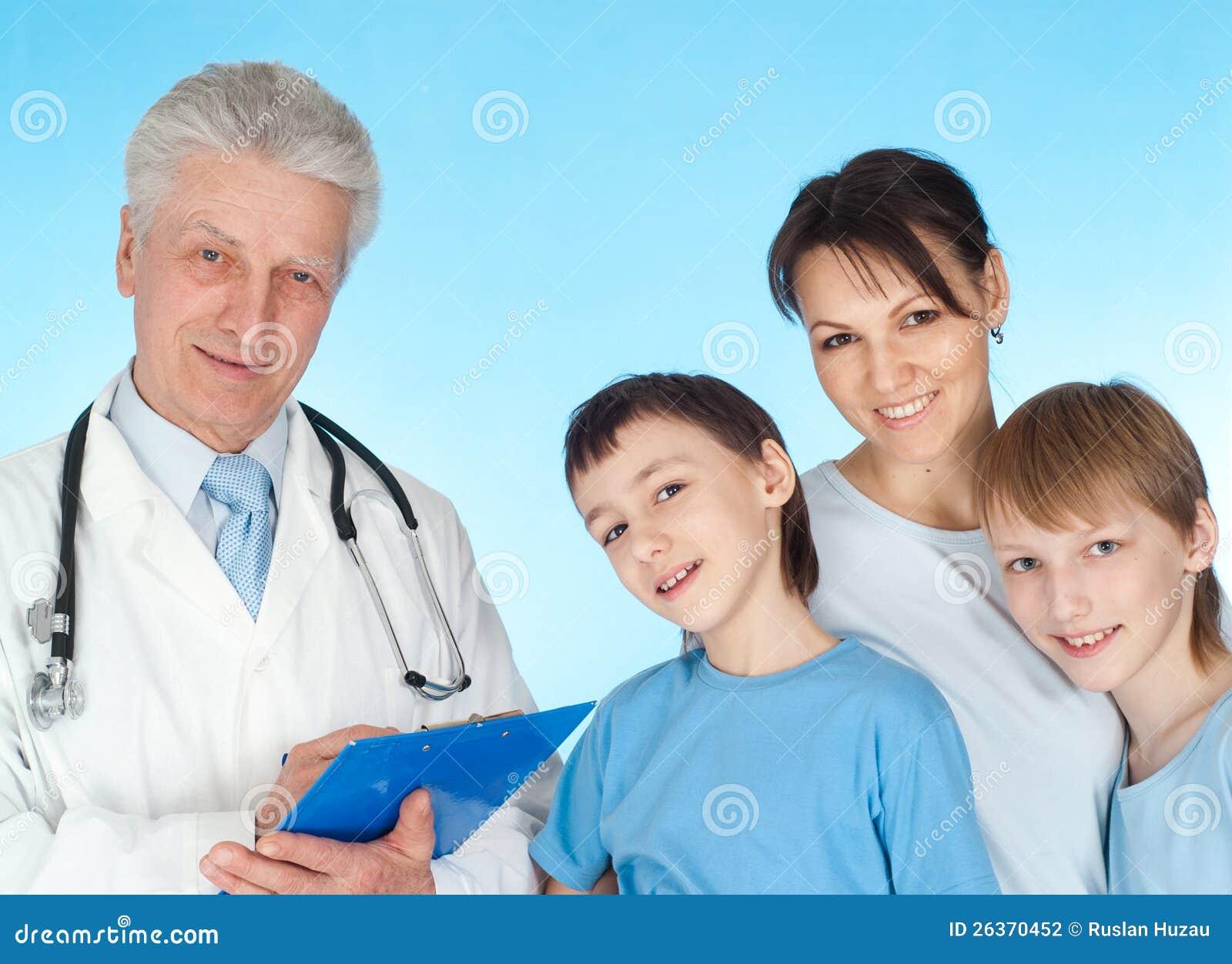 Familia agradable con los niños