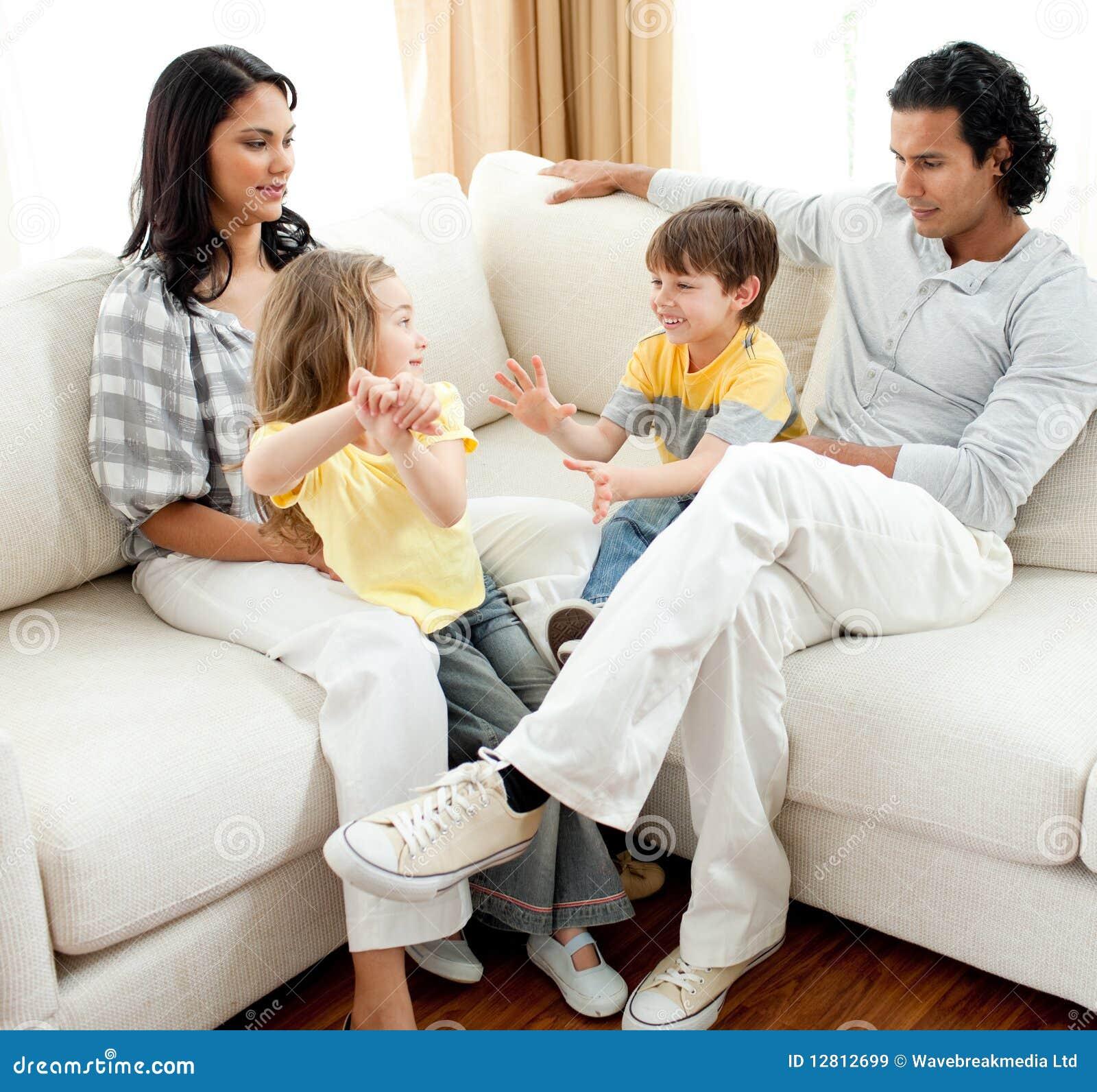 Familia animada que se divierte en la sala de estar for Sala de estar animada