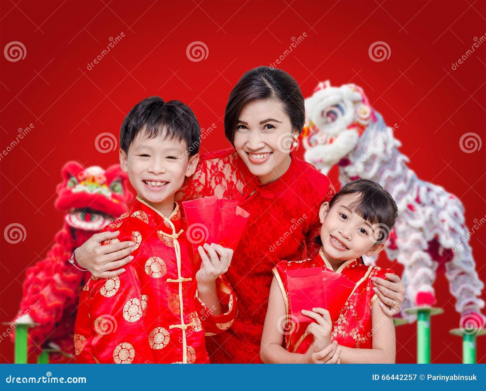Familia asiática que sostiene el dinero rojo del paquete