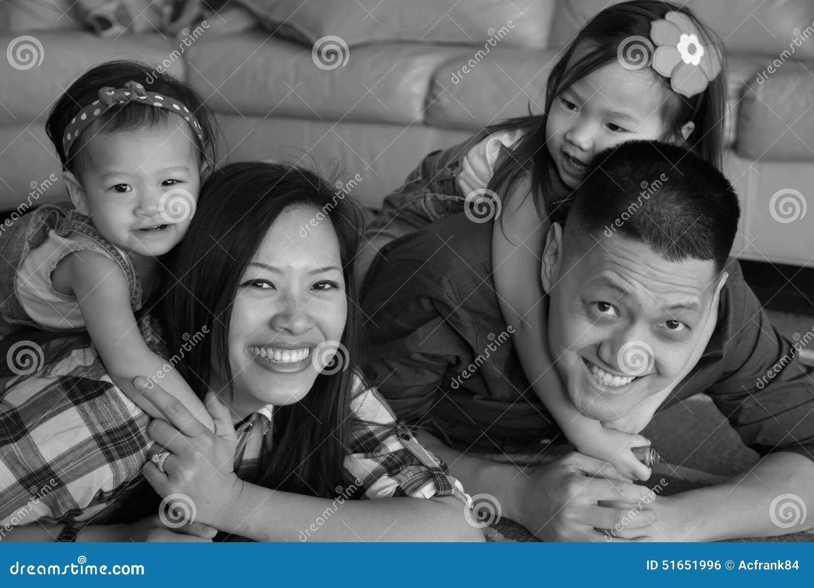 Familia asi tica en la risa blanco y negro en piso foto de - Familias en blanco y negro ...
