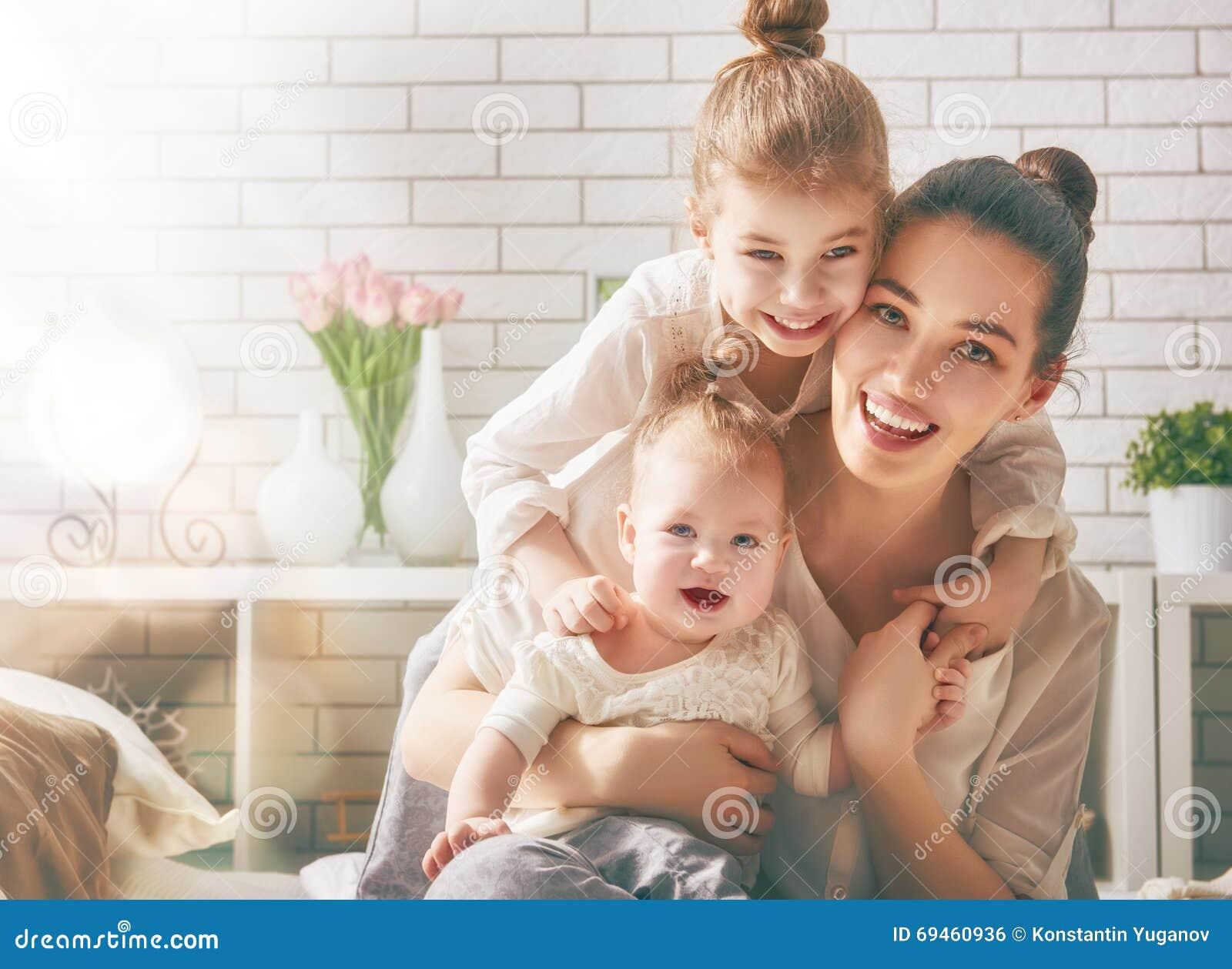 Familia cariñosa feliz