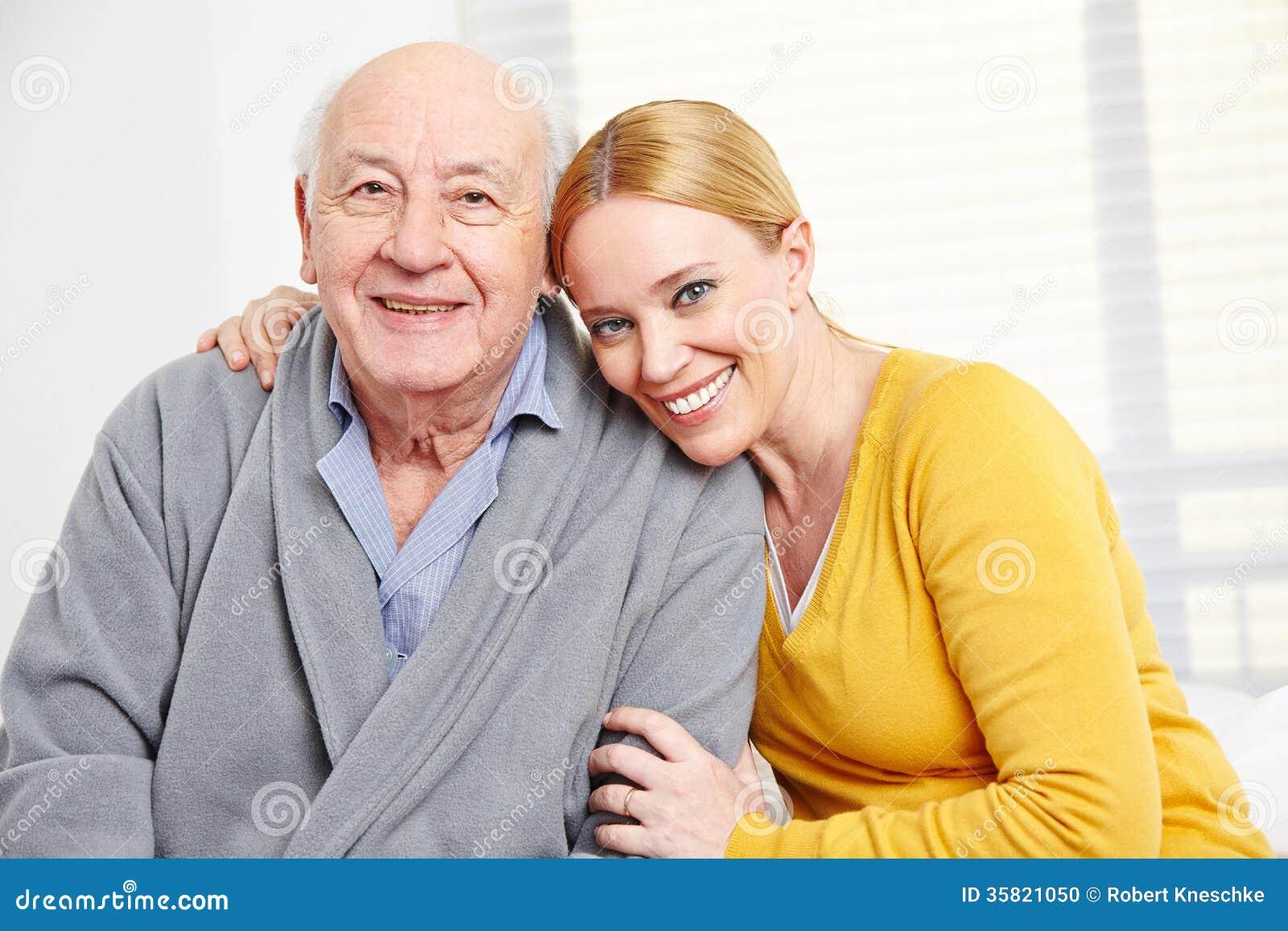 Familia con la mujer y el hombre mayor