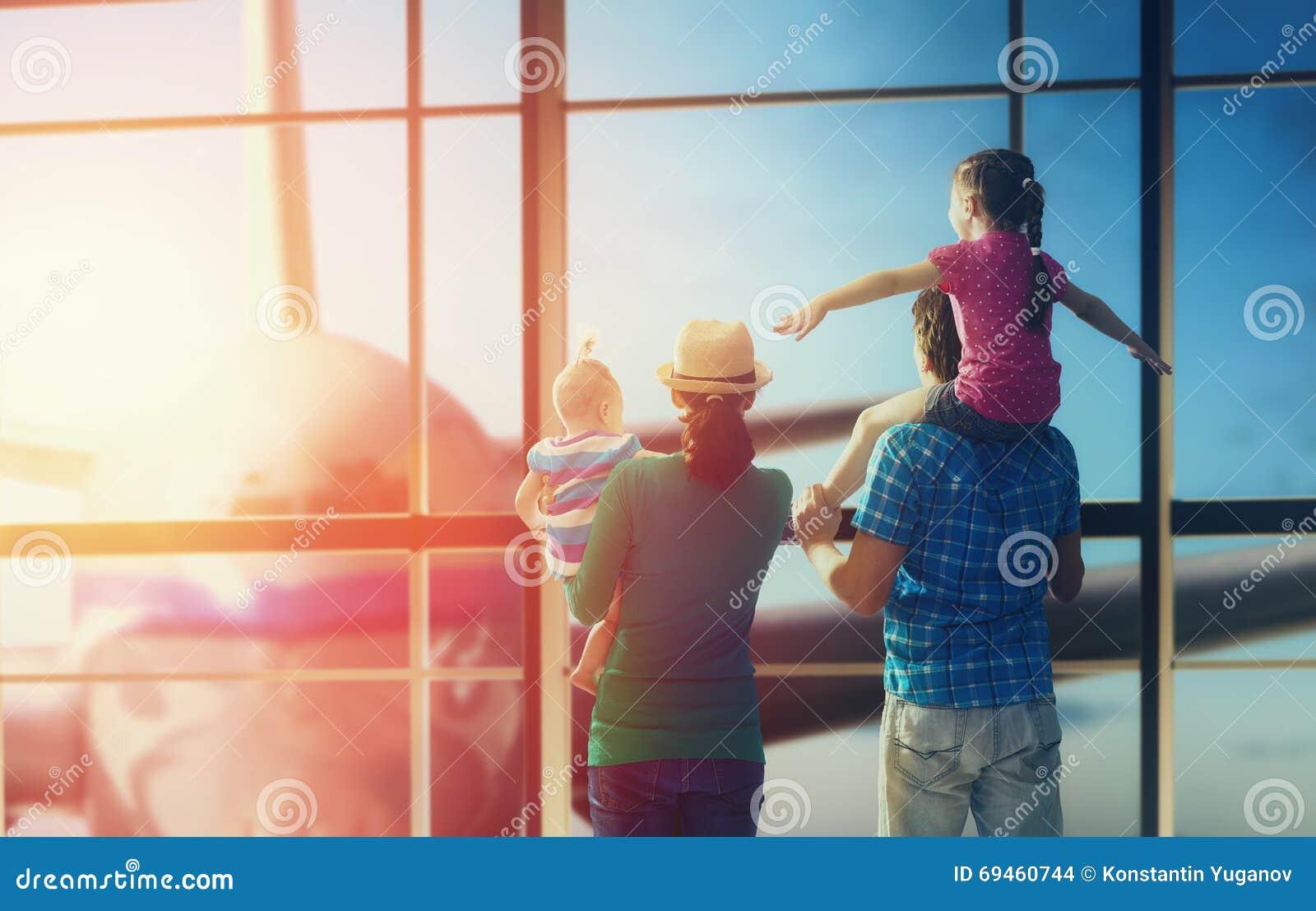 Familia con los niños en el aeropuerto