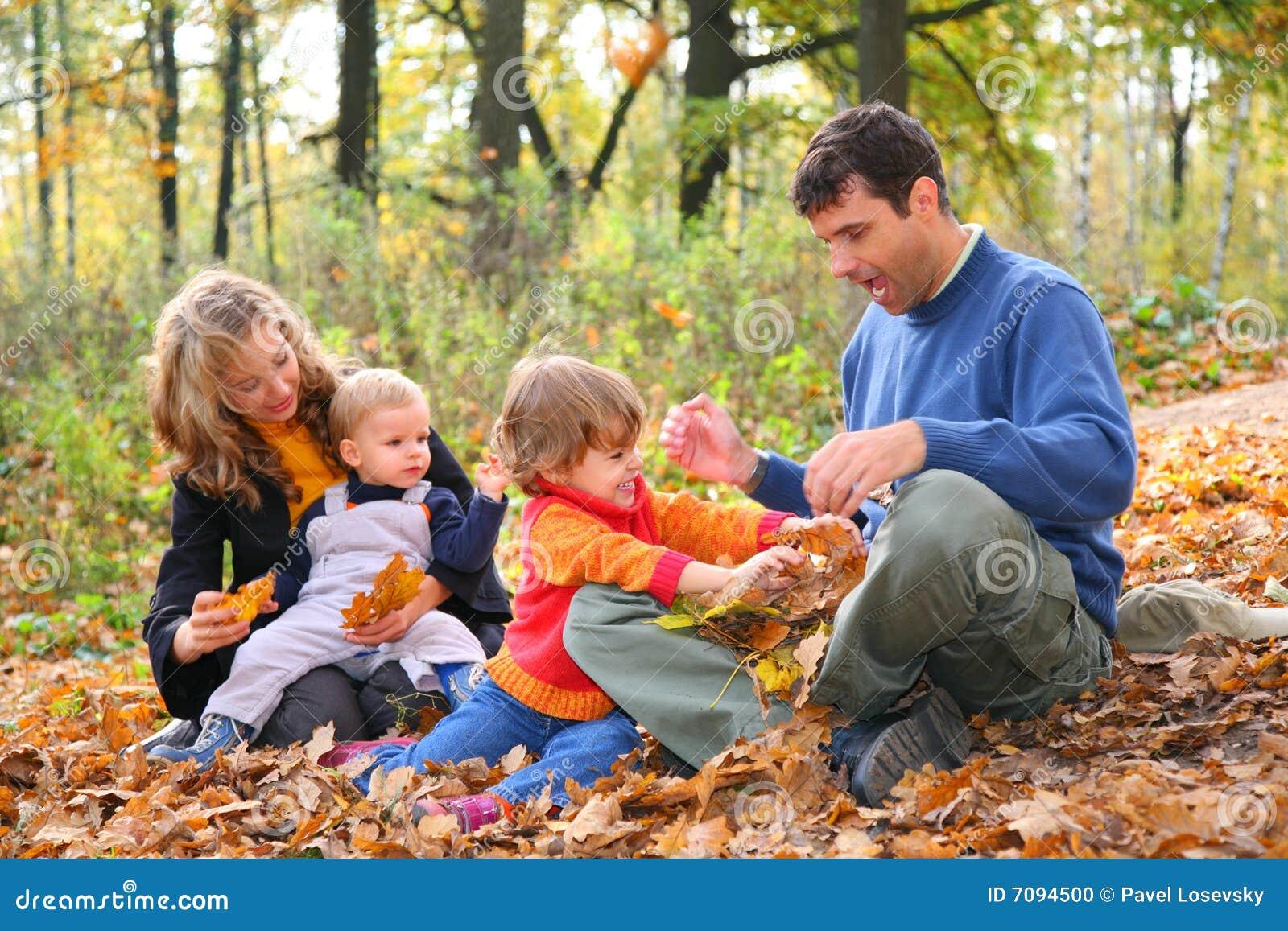 Familia de cuatro miembros en bosque en oto o foto de for Hotel para cuatro personas