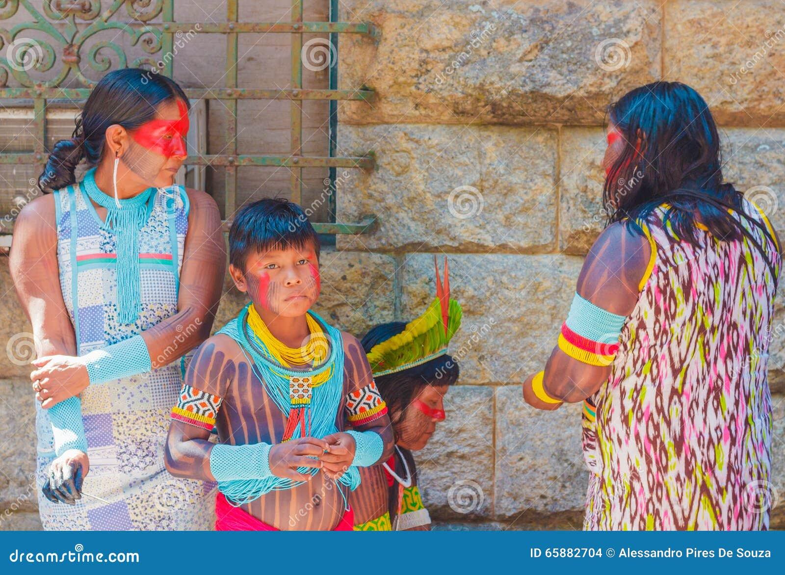 Familia de indios brasileños nativos en la reunión entre los indígenas