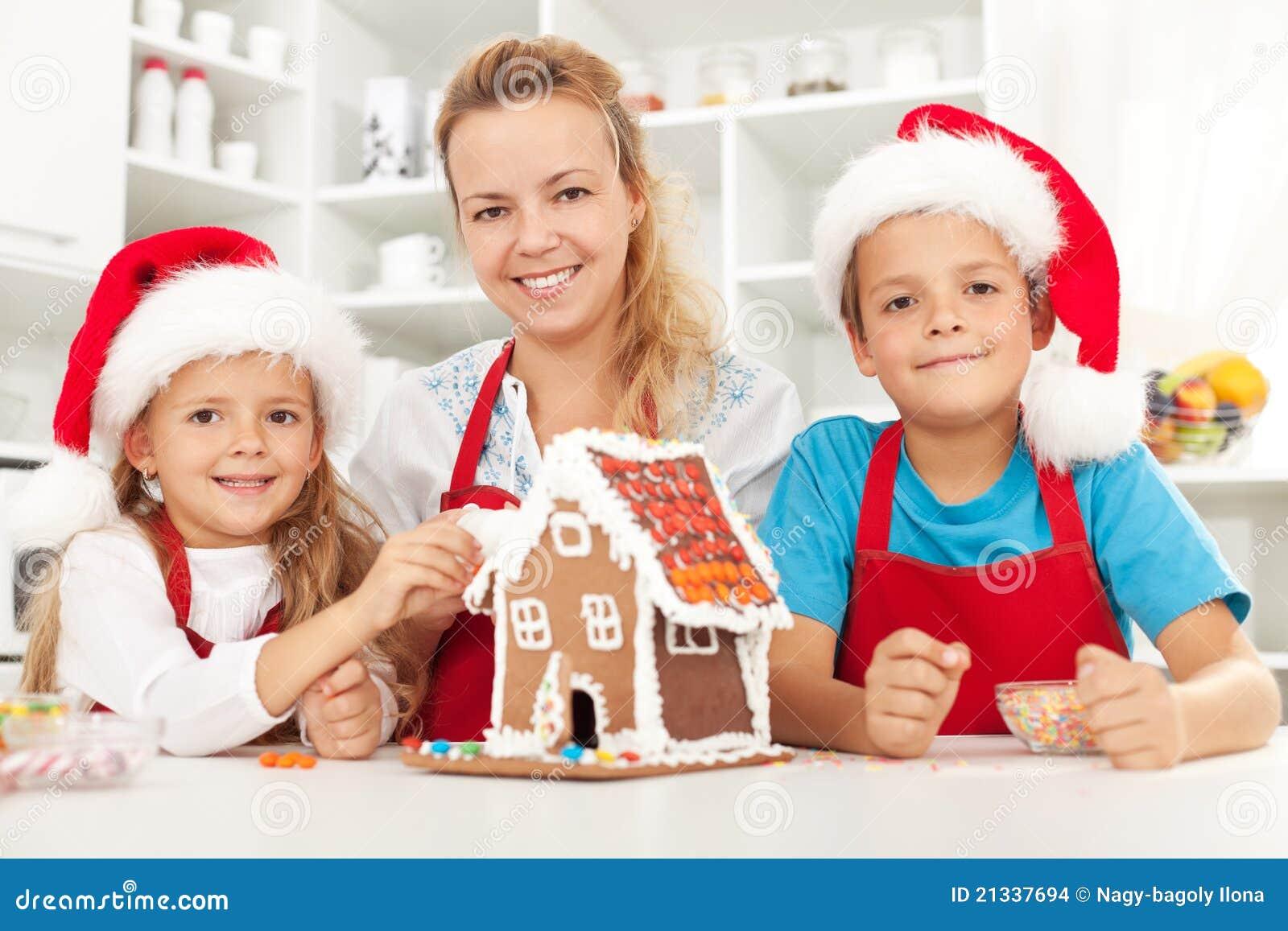Familia de la feliz navidad en la cocina foto de archivo for Cocina en familia