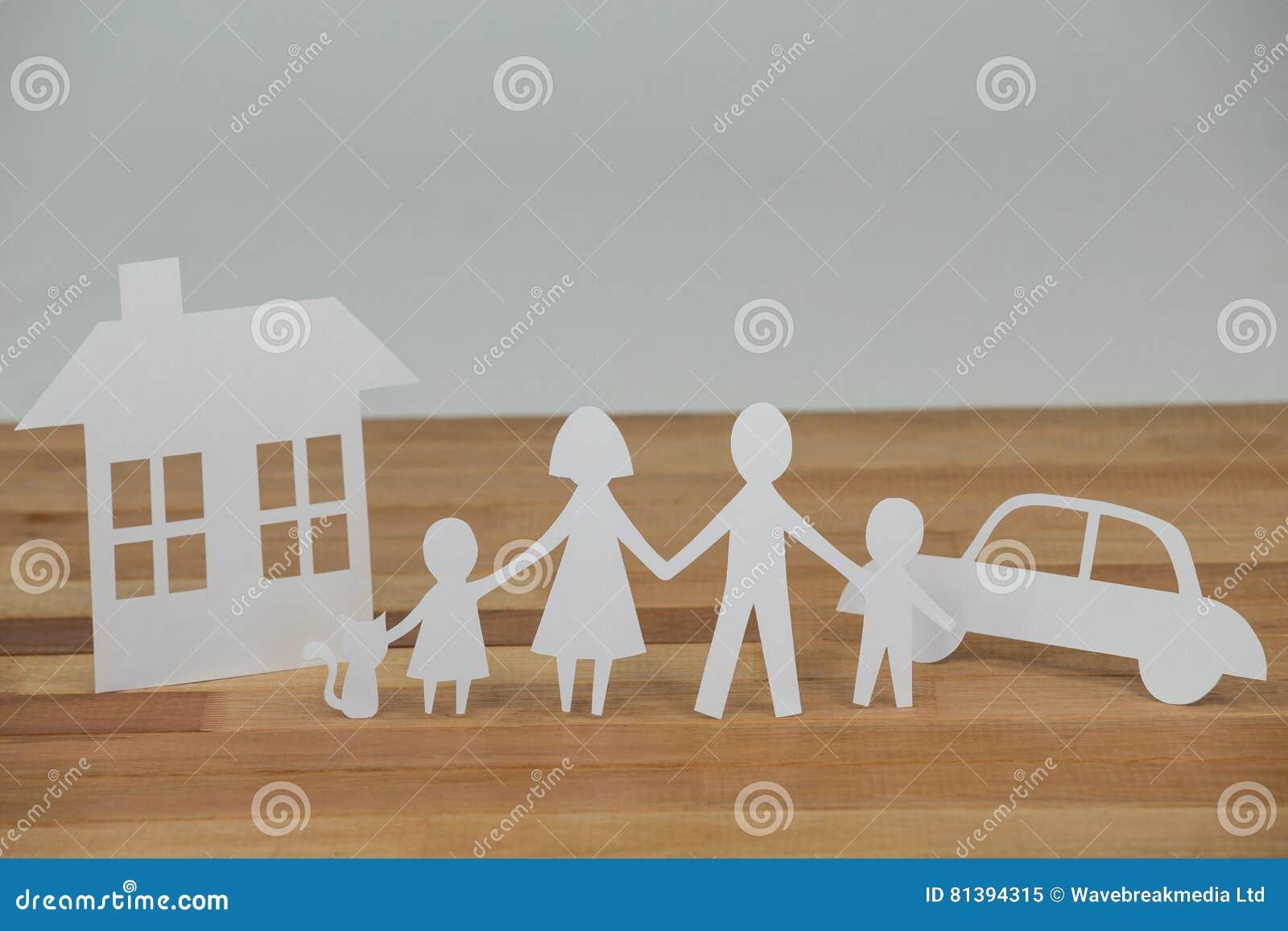 Familia de papel del recorte con la casa y el coche