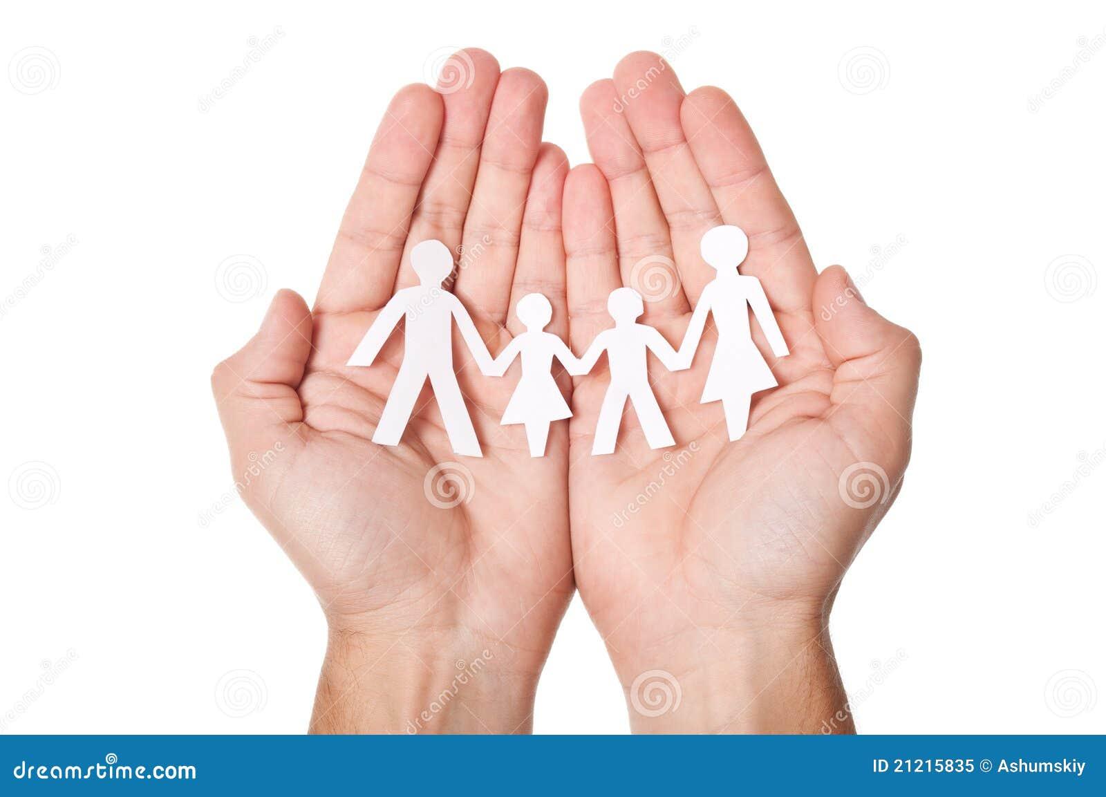 Familia de papel en manos