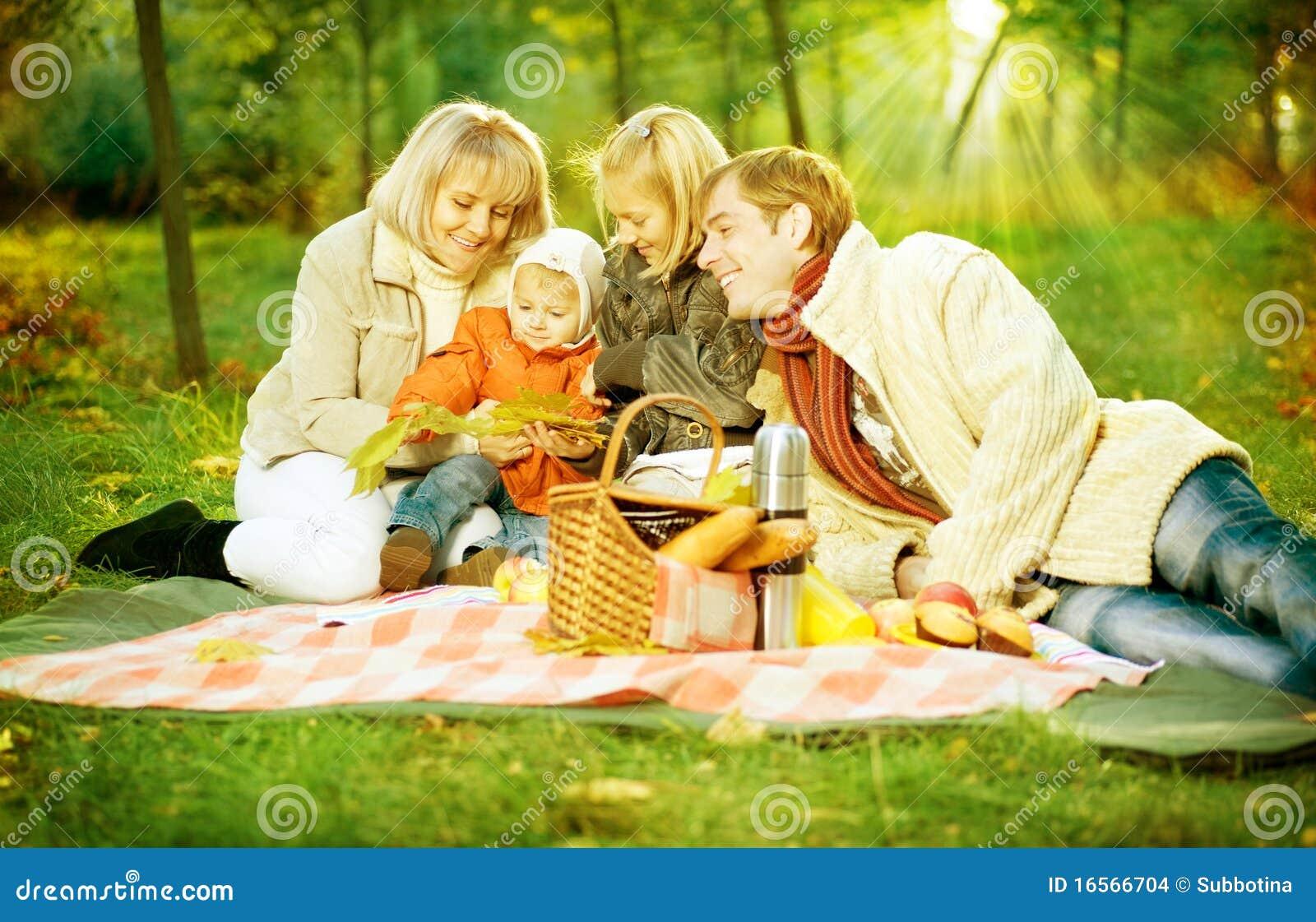 familia adoptiva gay al aire libre