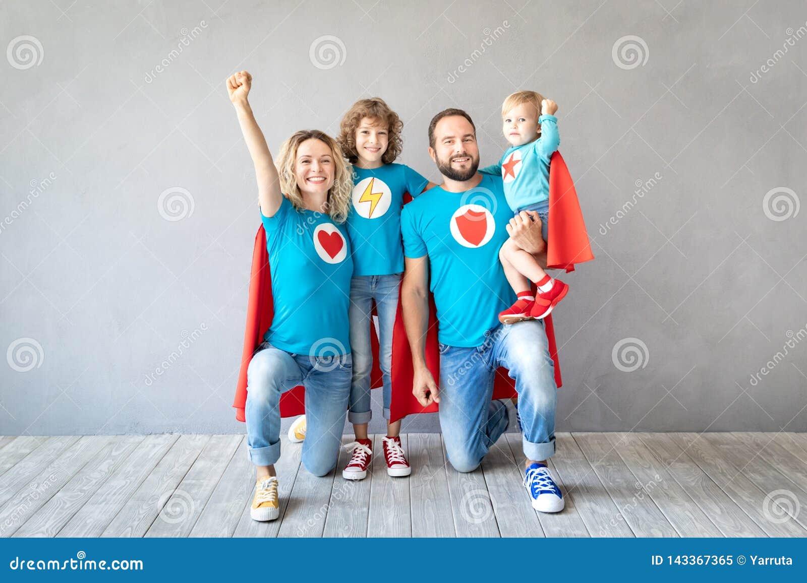 Familia de super héroes que juegan en casa