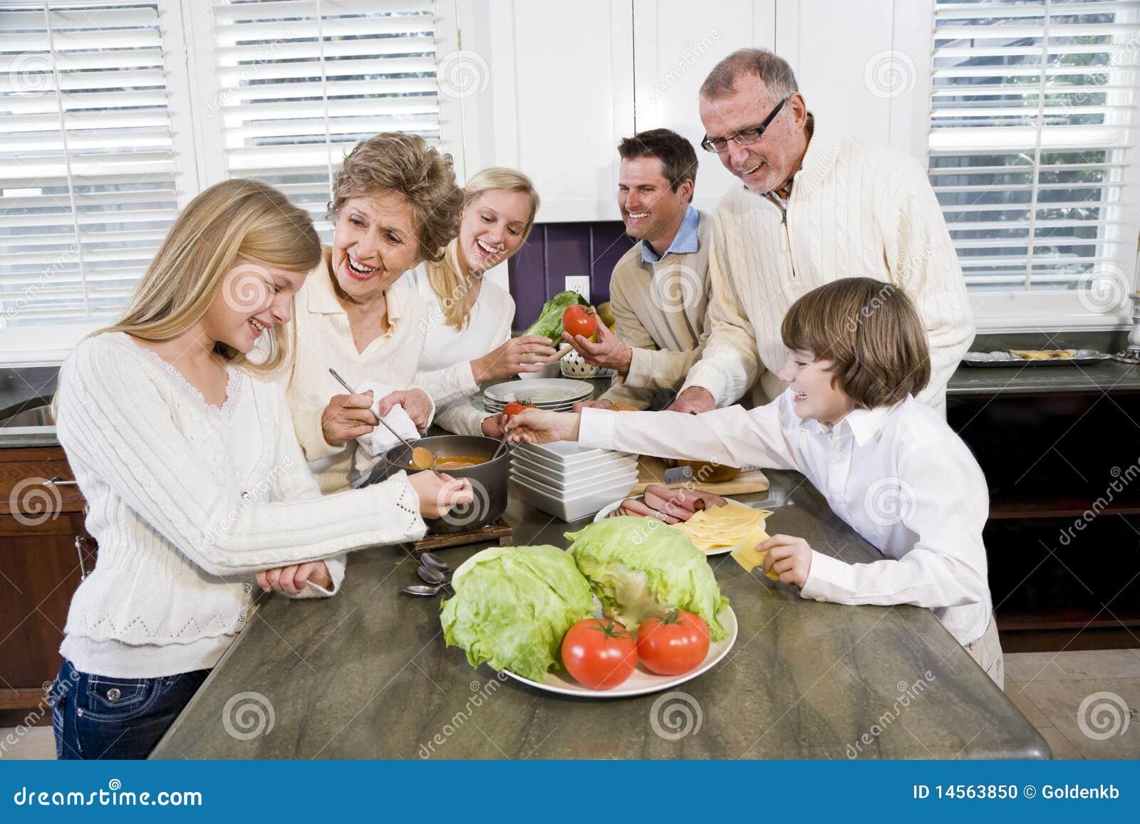 Familia de tres generaciones en cocina que cocina el for Cocina en familia