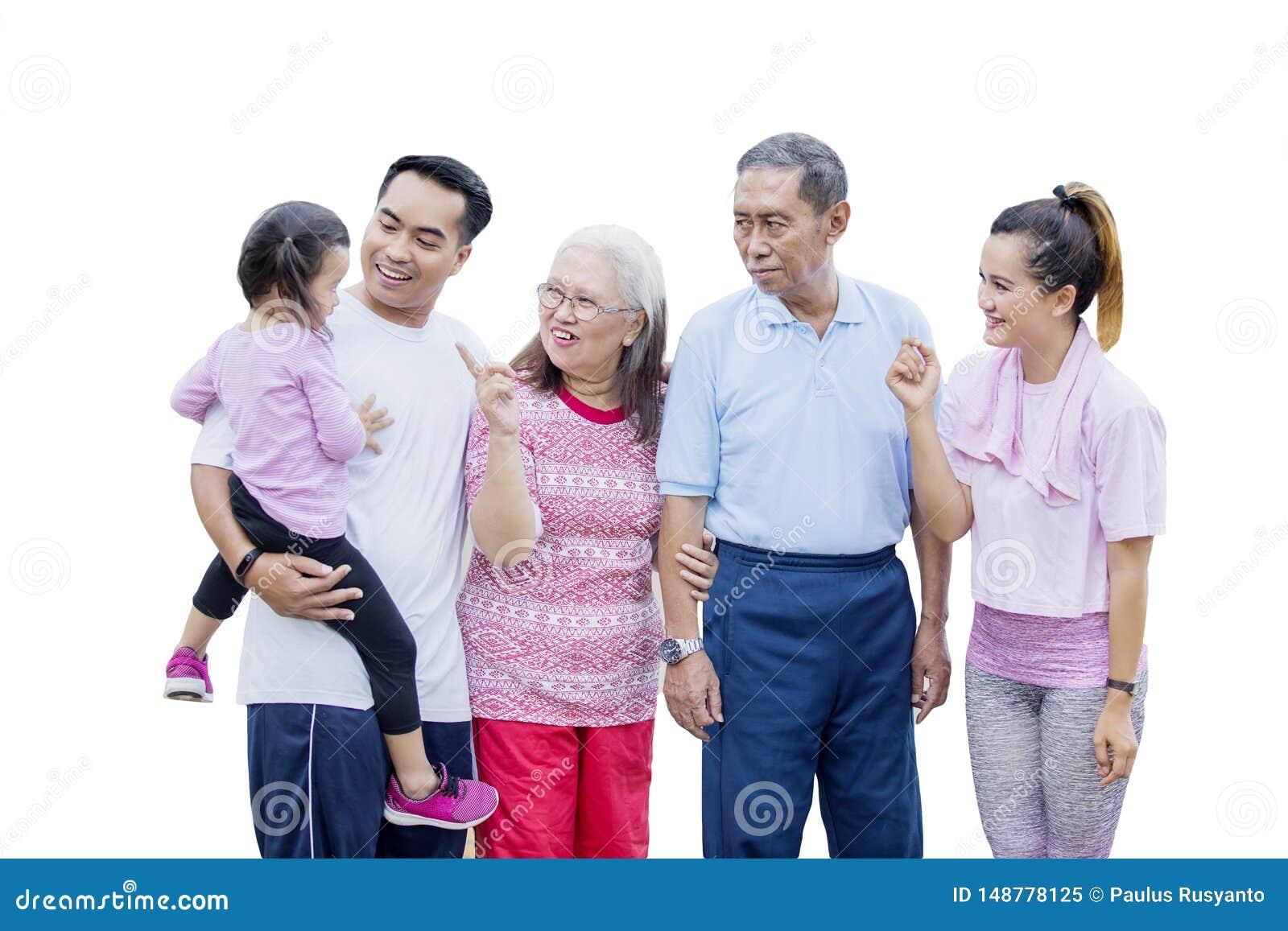 Familia de tres generaciones que charla en el estudio