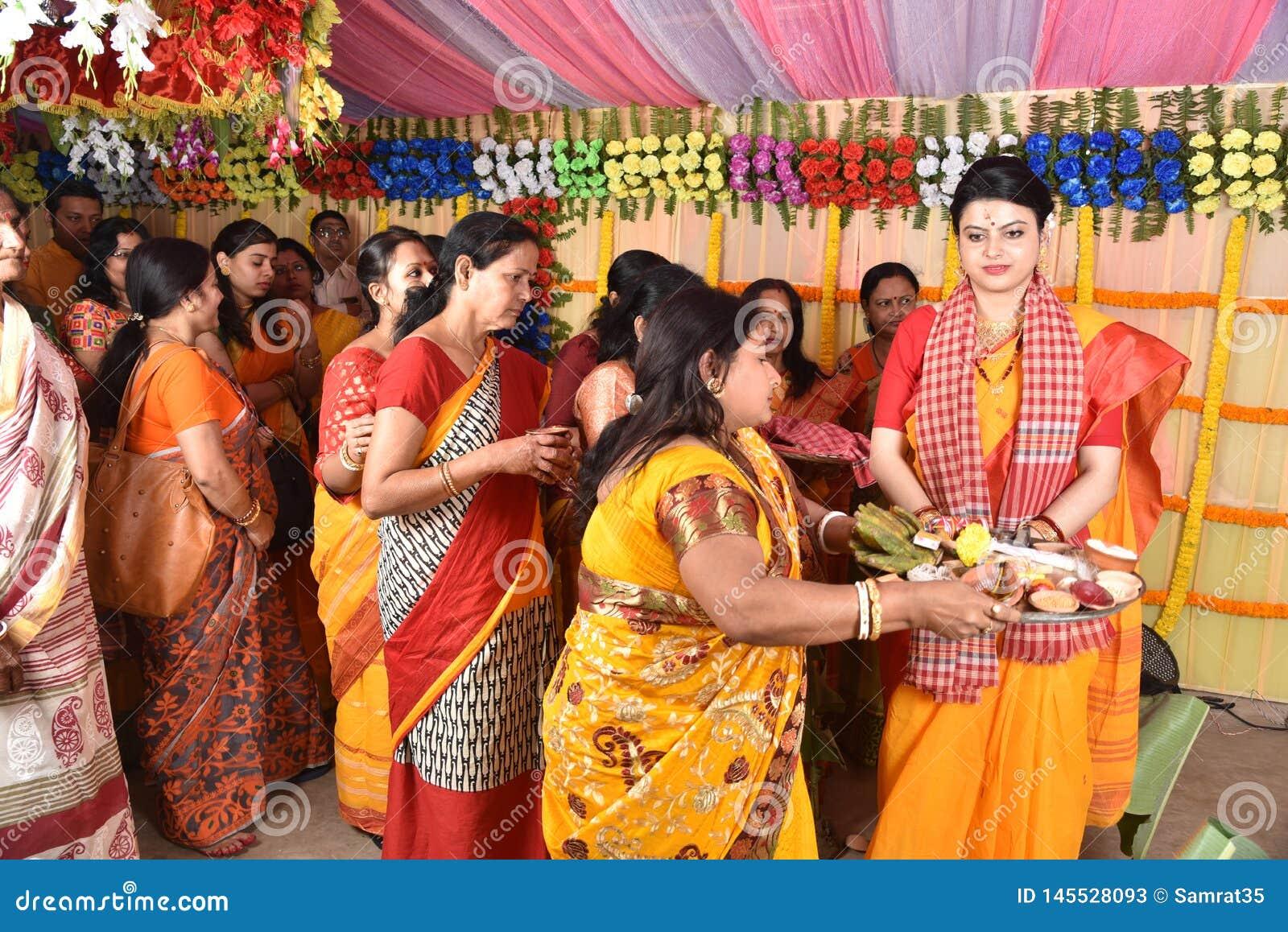 Familia del bengalí ocupada para los rituales del matrimonio