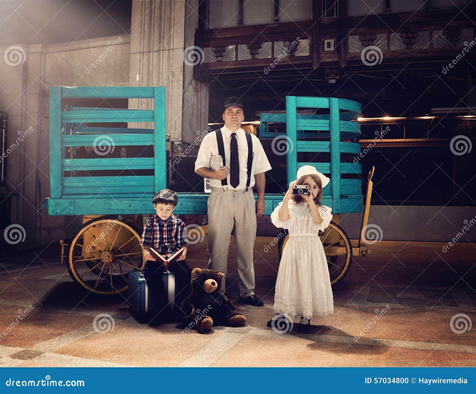 Familia del vintage que va el vacaciones del viaje