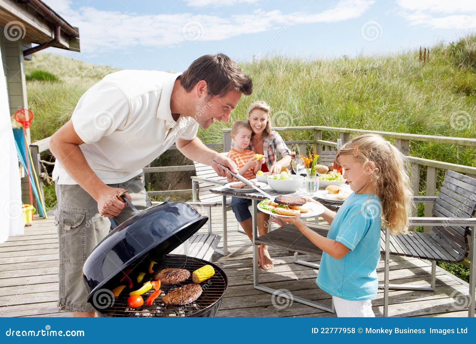 Familia el las vacaciones que tienen barbacoa