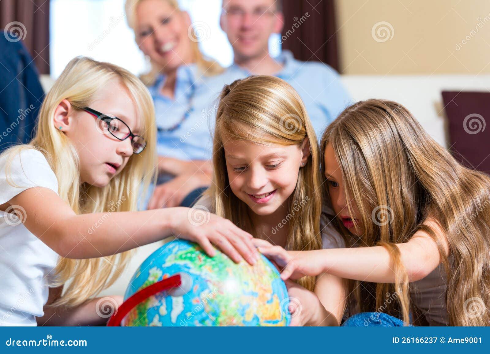 Familia en el país, los niños que juegan con un globo