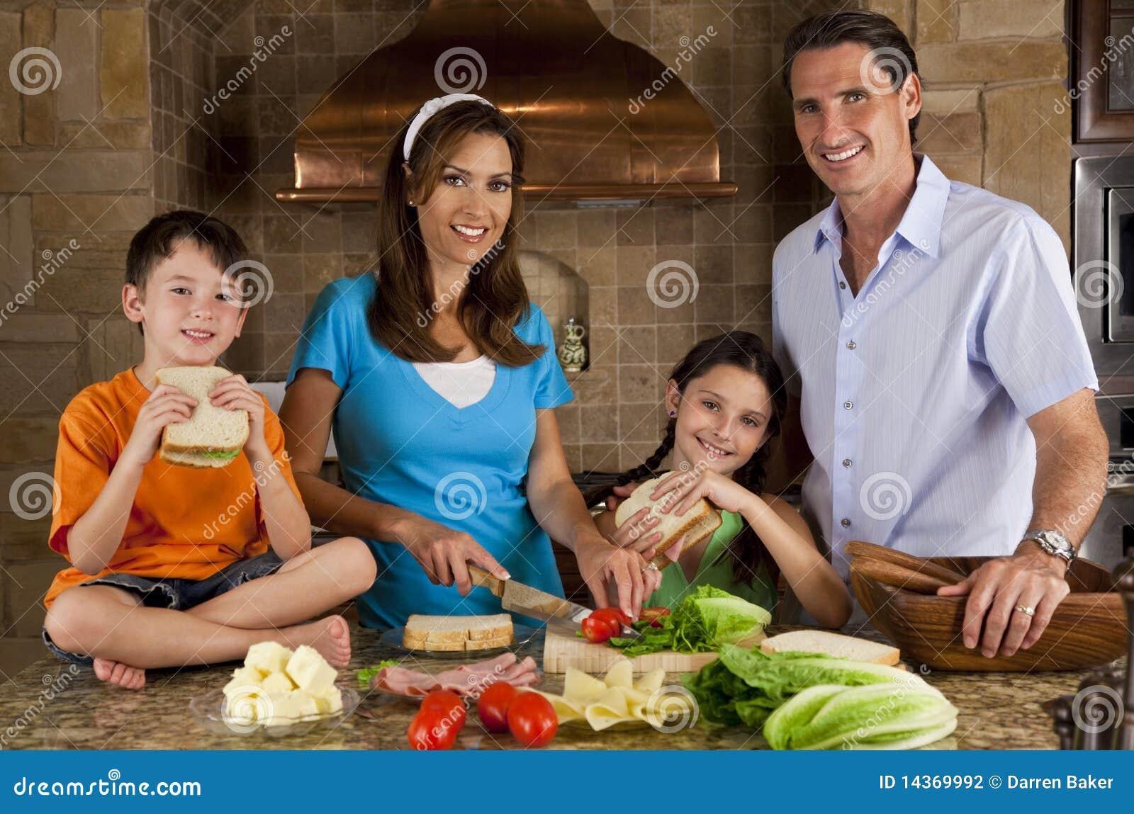 Familia en la cocina que hace los emparedados sanos for Canal cocina cocina de familia