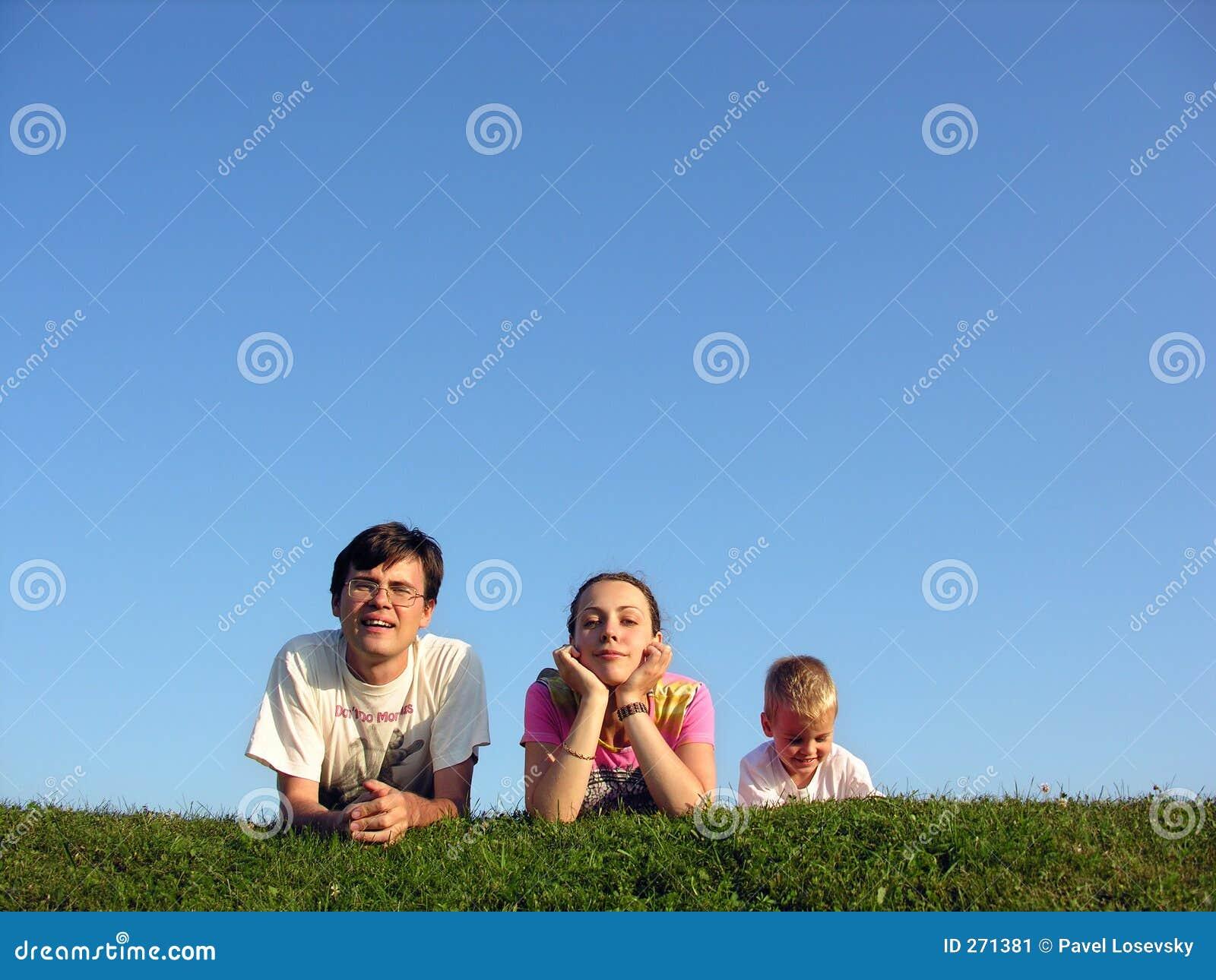 Familia en la hierba bajo el cielo 2