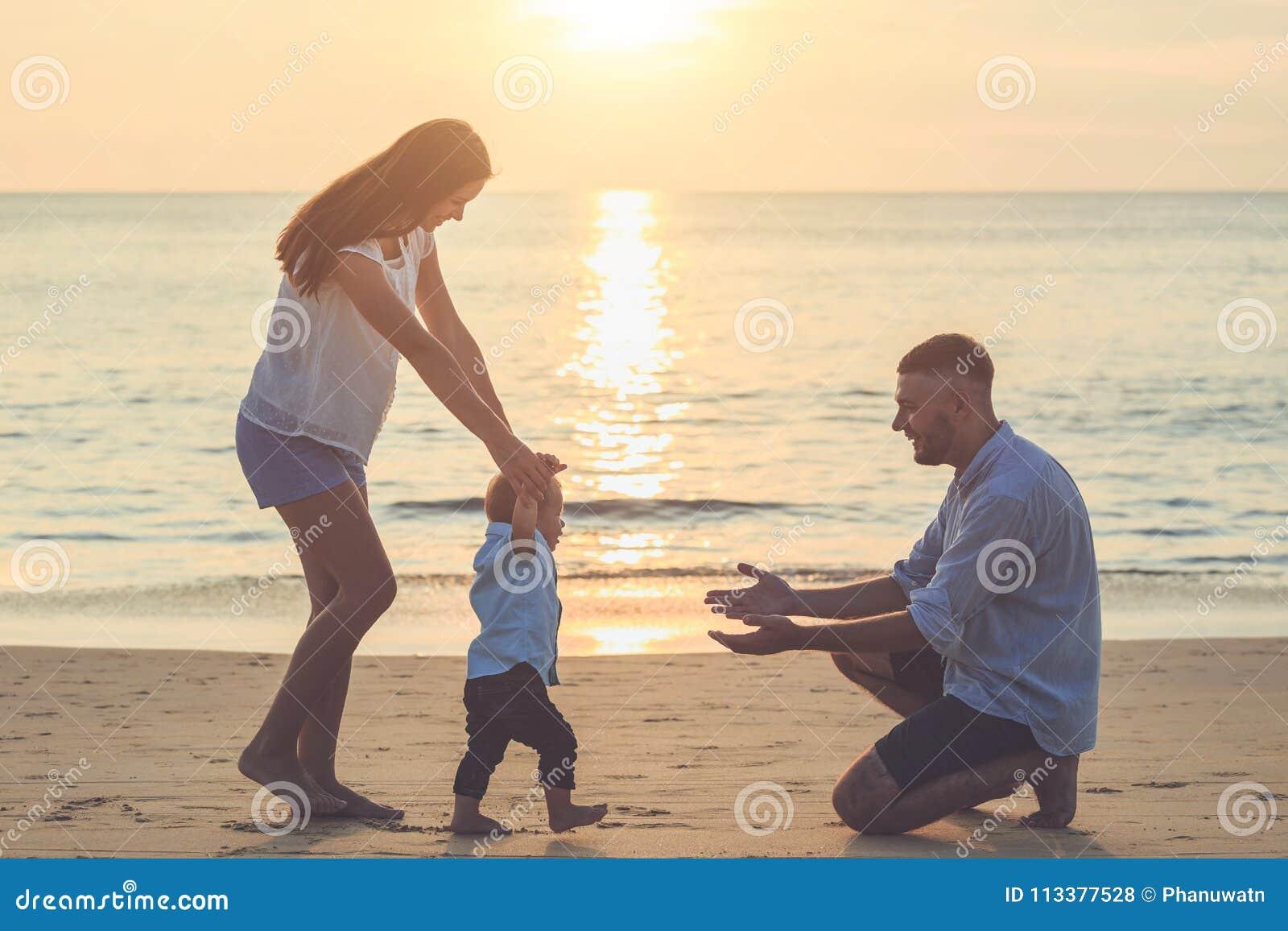 Familia en la playa, madre que celebra la mano de su hijo y caminar,