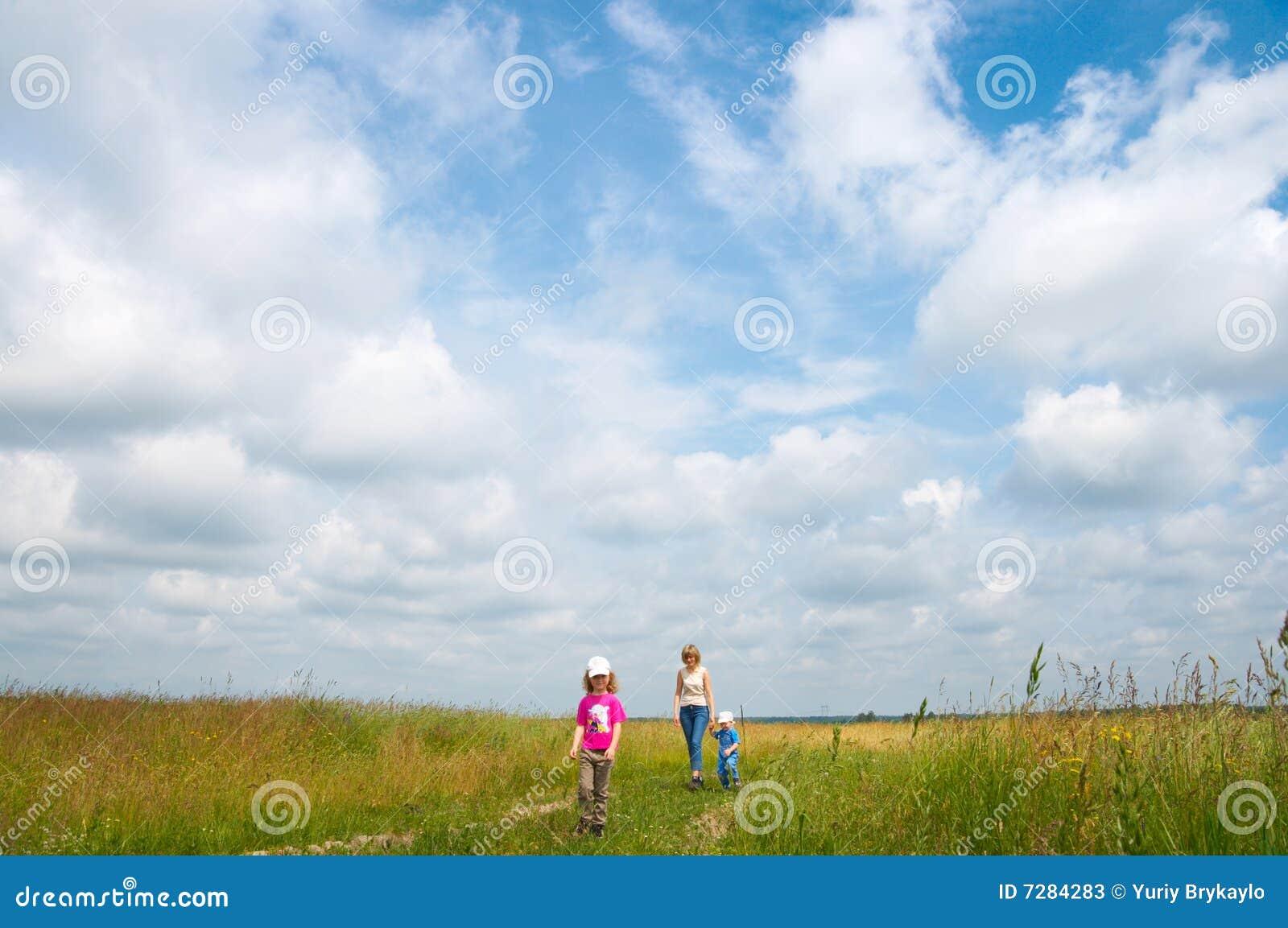 Familia en prado