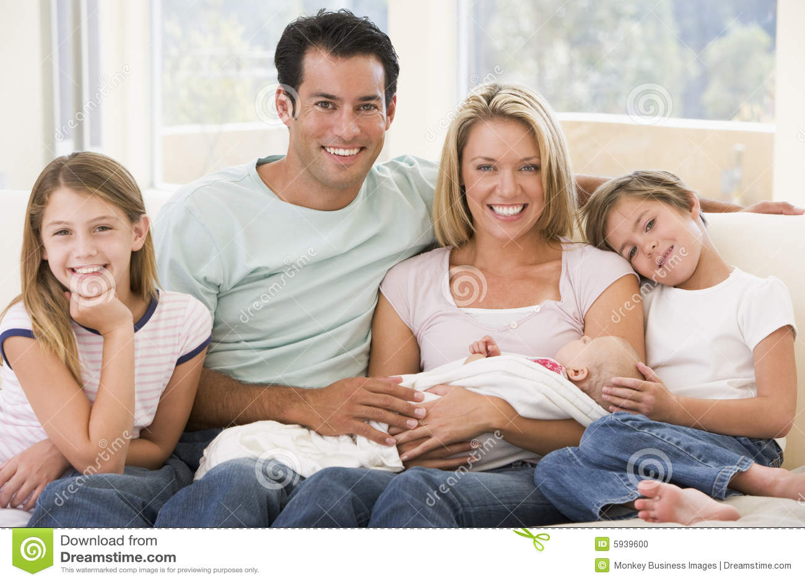 Familia en sala de estar con el bebé