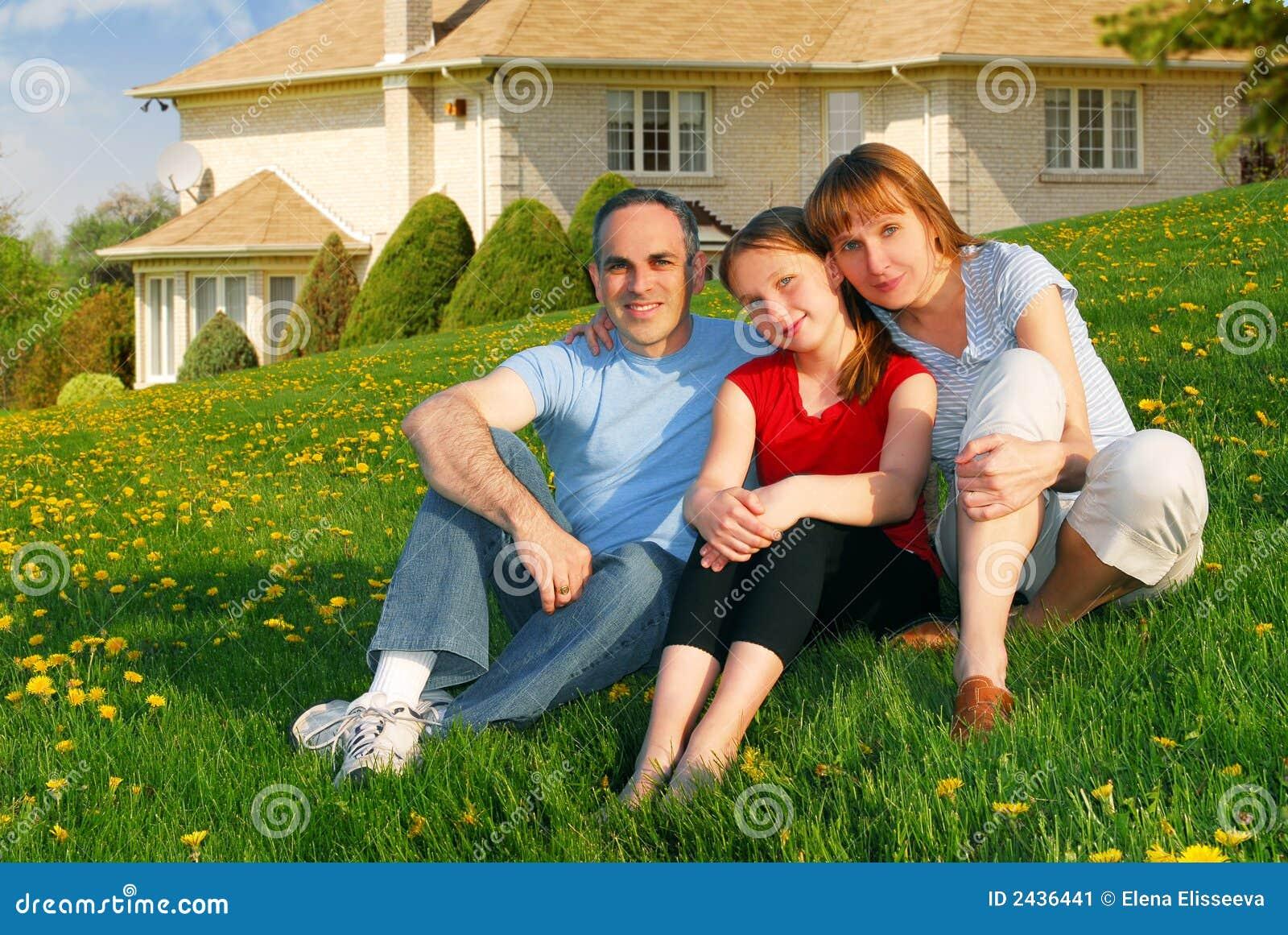 Familia en una casa imagen de archivo imagen de estado for Para su casa