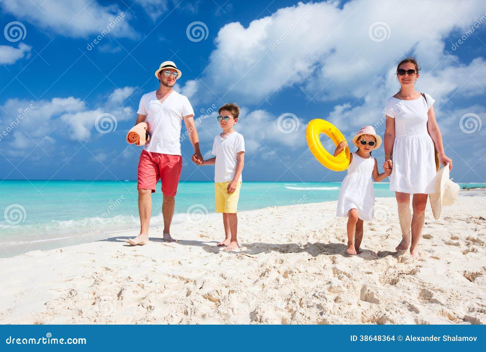 Familia en vacaciones tropicales de la playa
