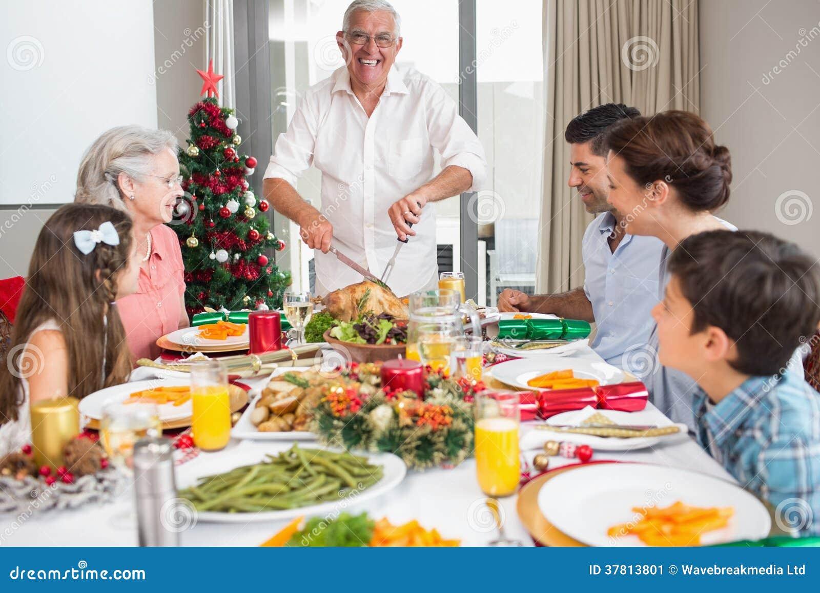 Familia extensa en la mesa de comedor para la cena de la - Navidad en casa ...