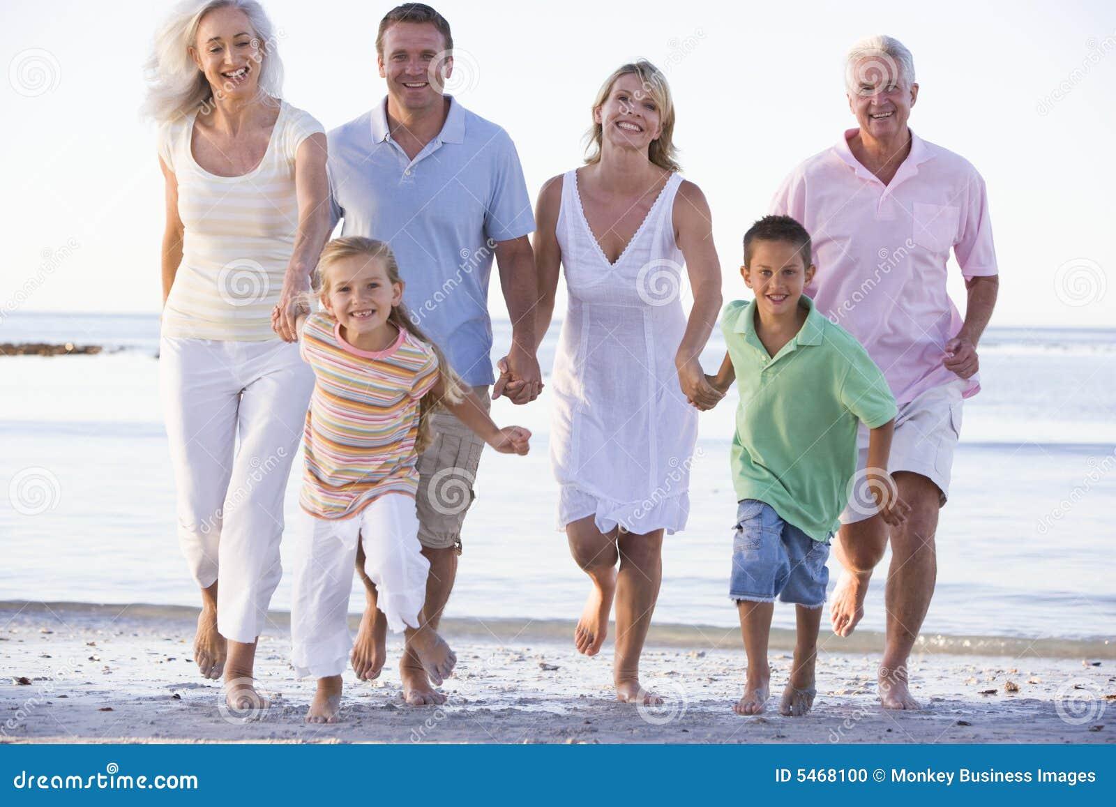 Familia extensa que recorre en la playa