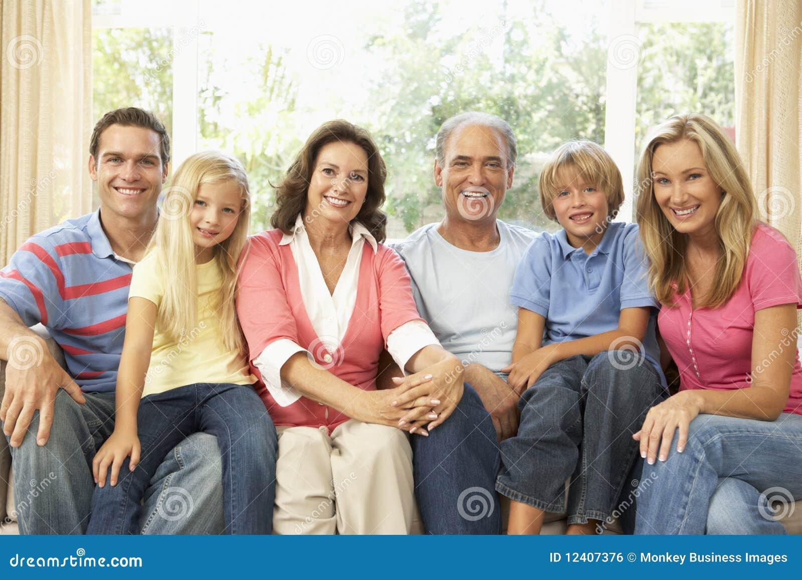 Familia Extensa Que Se Relaja En El Pa237s Junto Imagen de  : familia extensa que se relaja en el pas junto 12407376 from es.dreamstime.com size 1300 x 957 jpeg 167kB