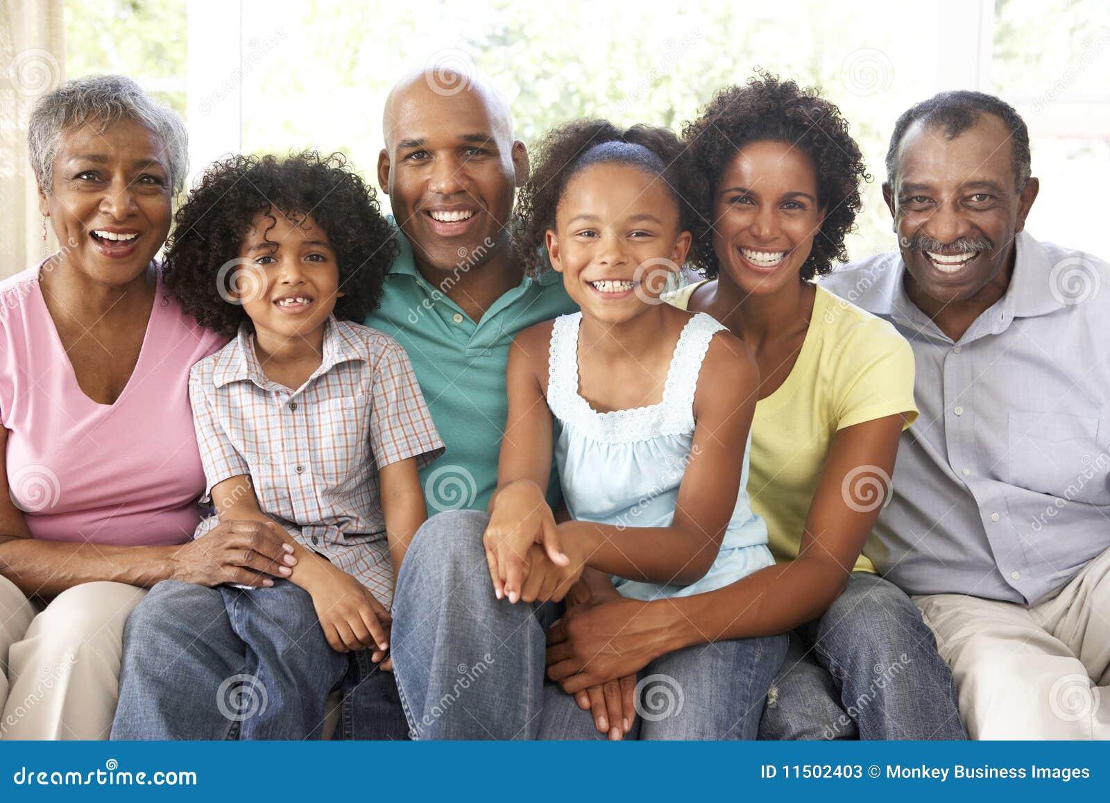 Familia Extensa Que Se Relaja En El Sof En El Pa S Junto