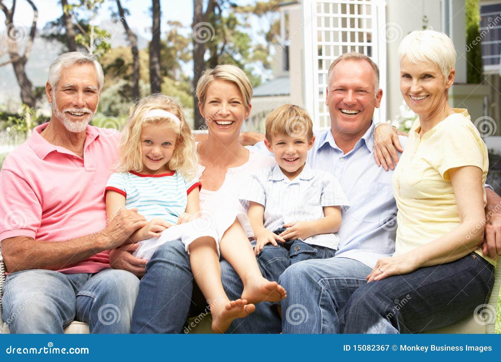 Familia Extensa Que Se Relaja En Jard N Fotograf A De