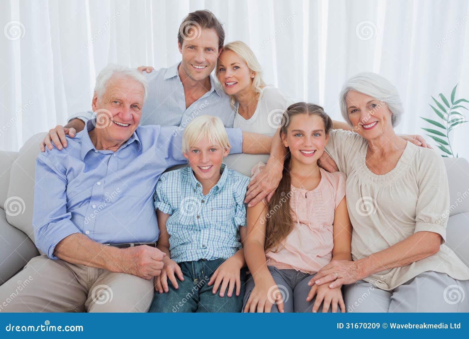 Familia Extensa Que Sonr E En La C Mara Im Genes De