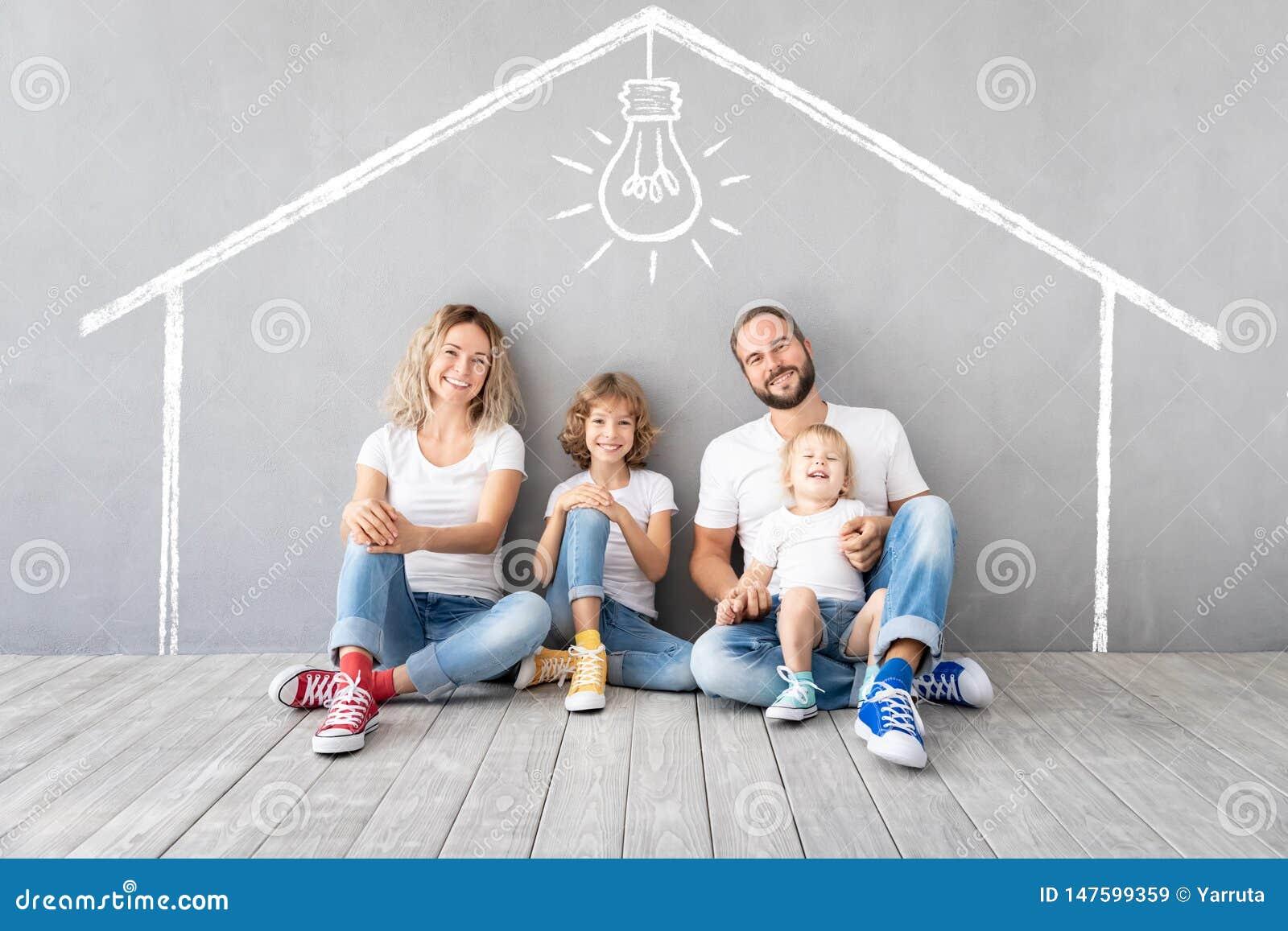 Familia feliz con dos ni?os que juegan en nuevo hogar
