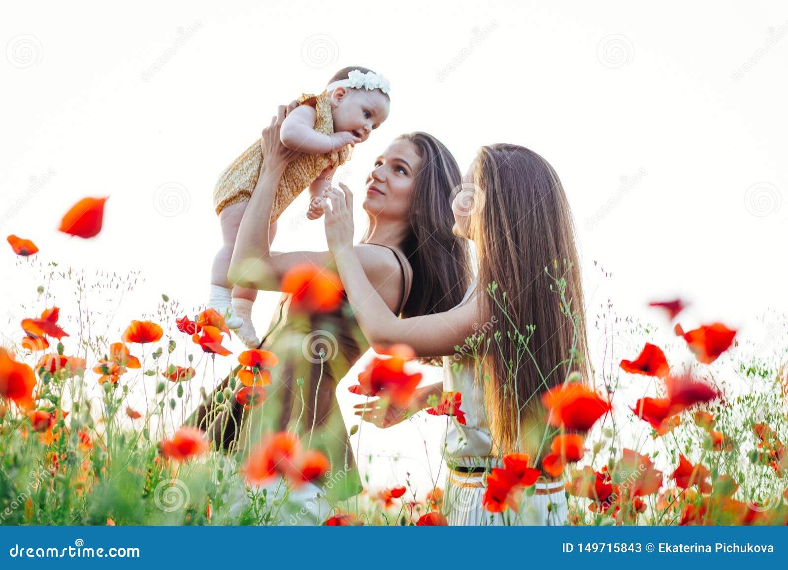 Familia feliz con el paseo del beb? del ni?o del beb? en naturaleza
