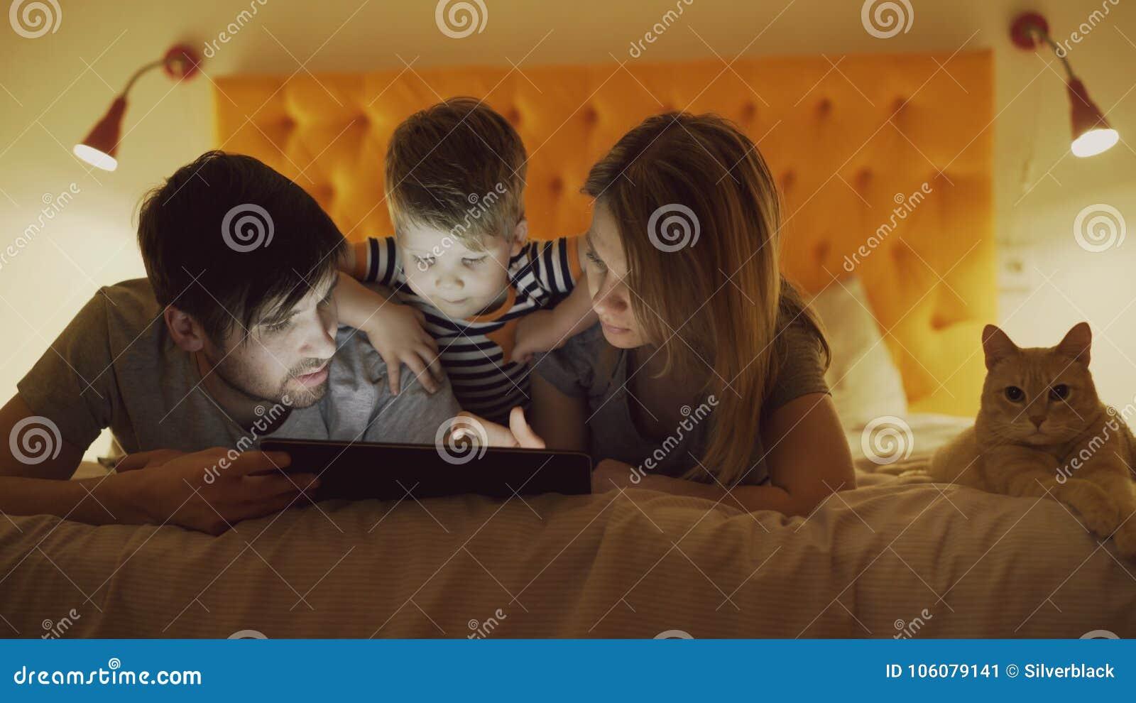 Familia Feliz Con El Pequeno Hijo Y El Gato Divertido Que Mienten En