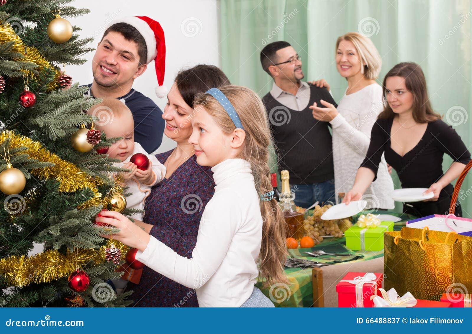 Familia feliz con el rbol de navidad en casa foto de - Navidad en casa ...