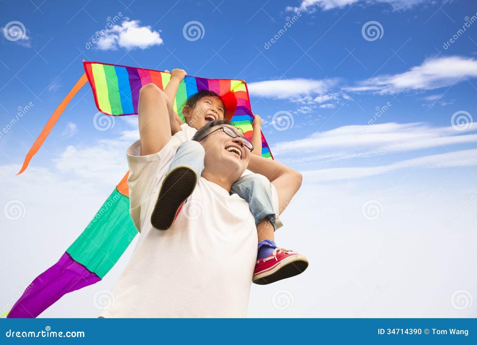 Familia feliz con la cometa colorida