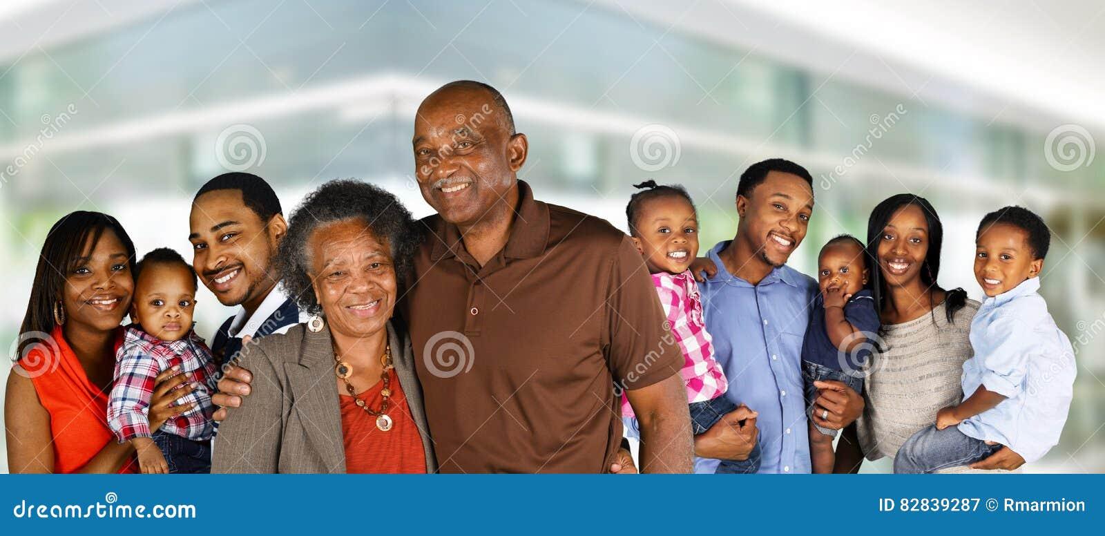 Familia feliz del afroamericano