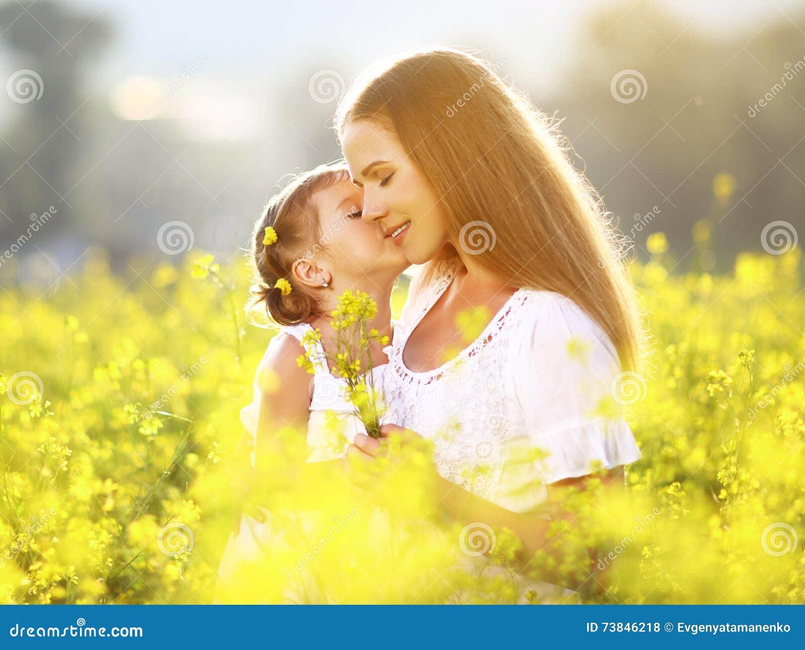 Familia feliz el verano abrazo de la hija del niño de la niña y k