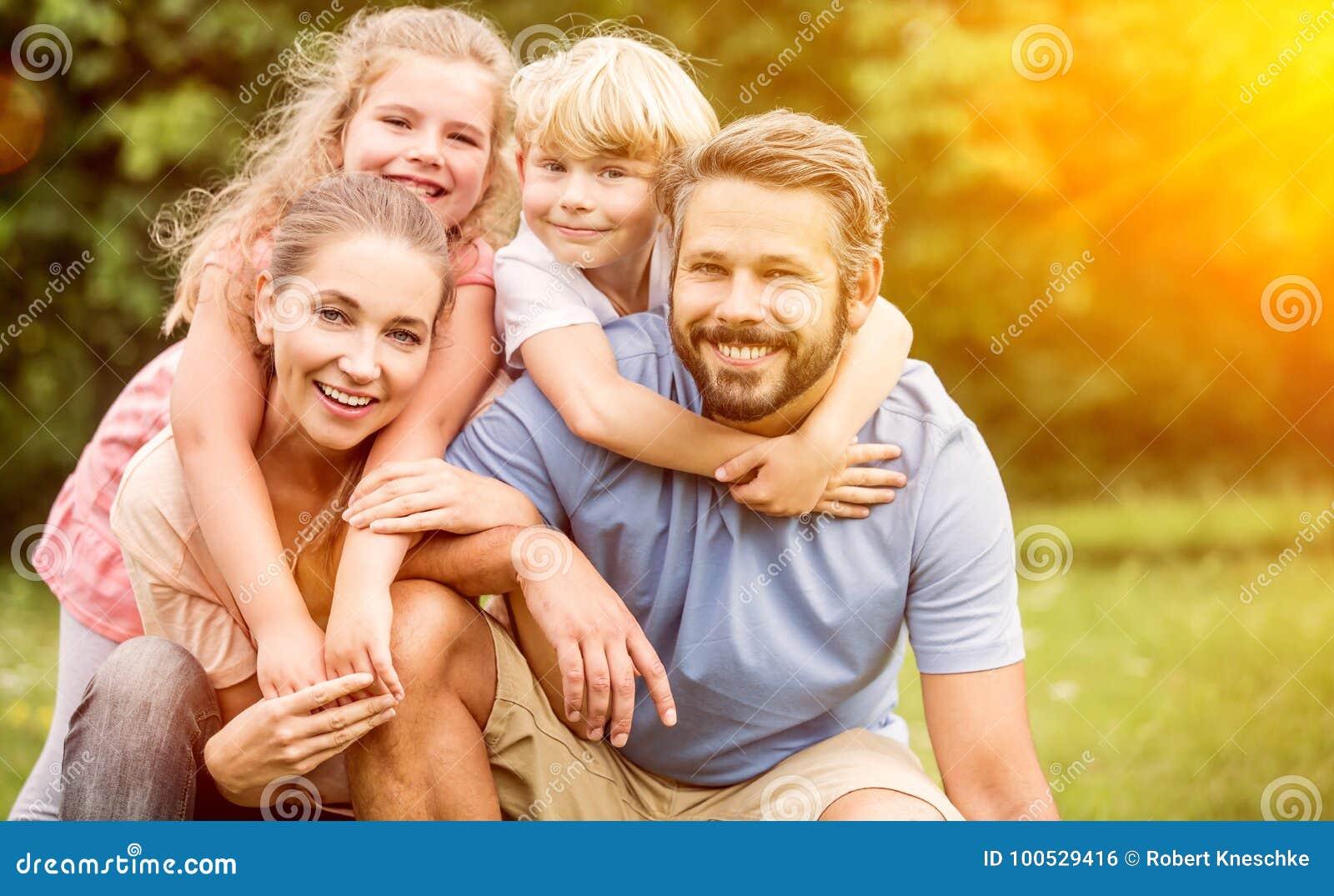 Download Familia feliz en armonía foto de archivo. Imagen de hermano - 100529416