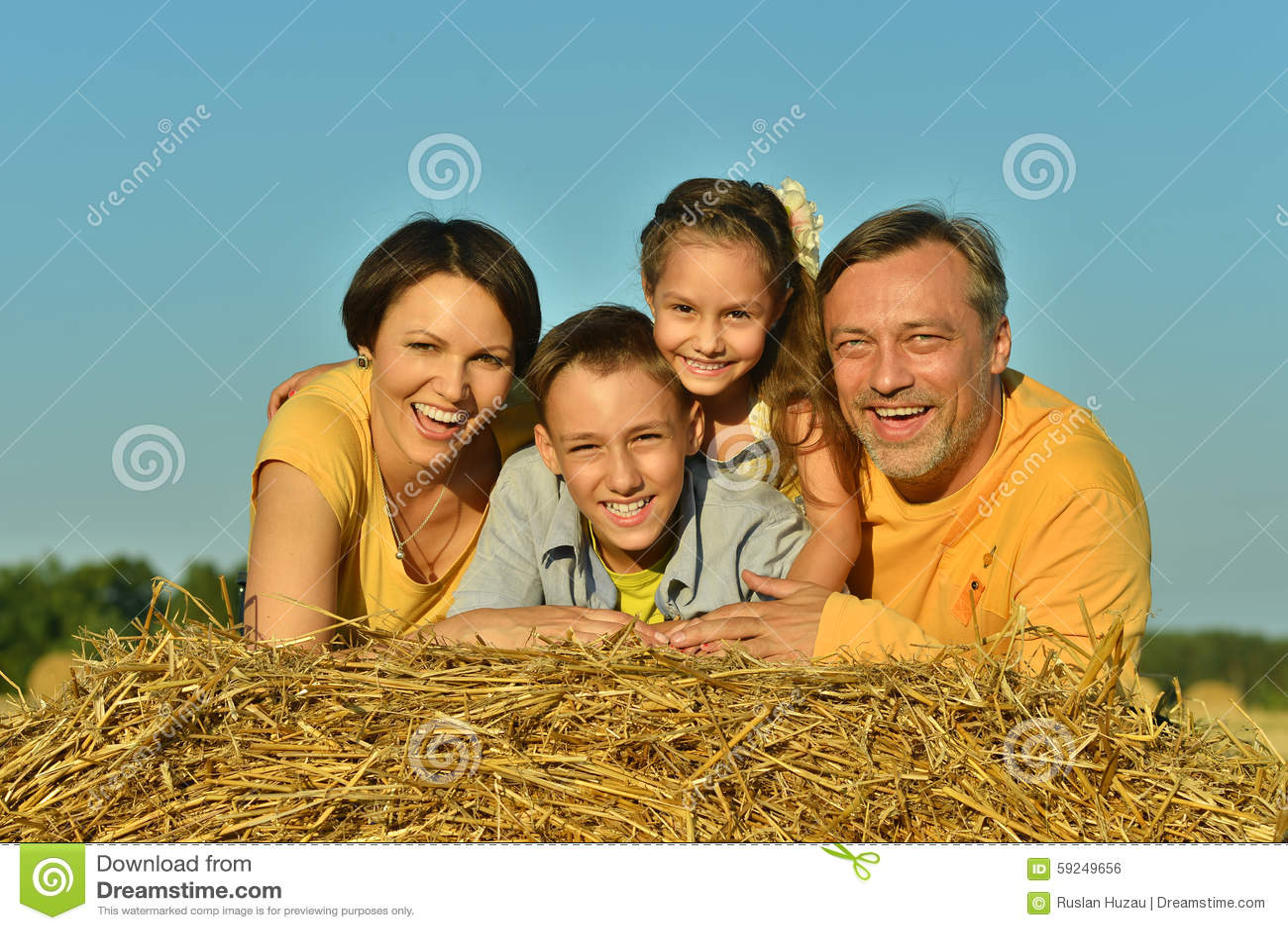 Familia feliz en campo de trigo