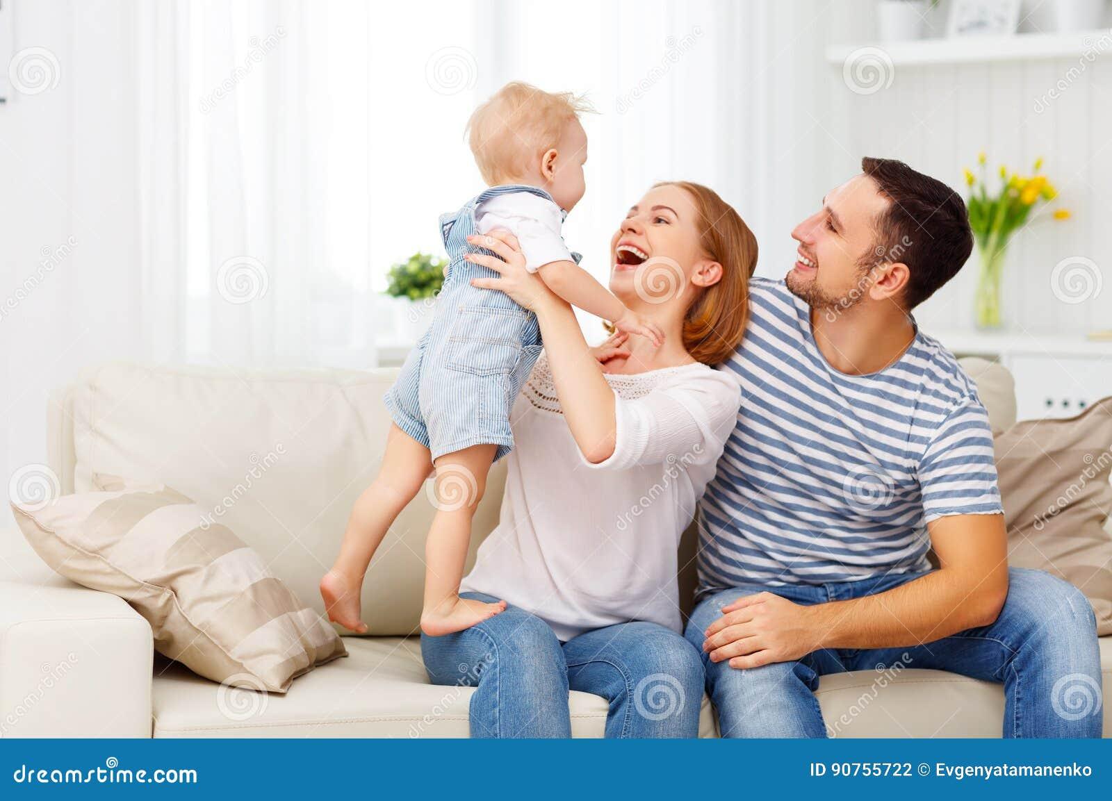 Familia feliz en el país